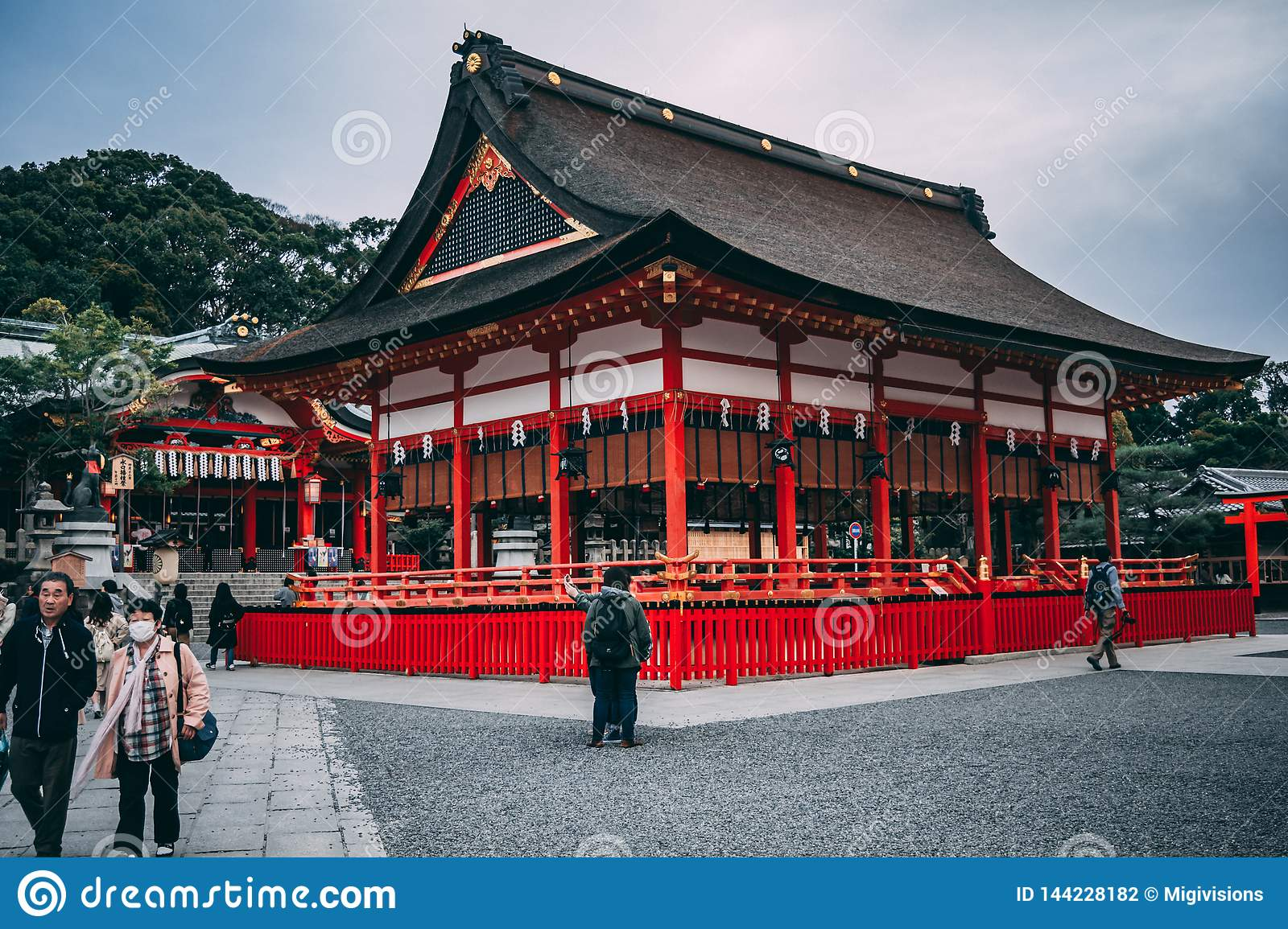 Ein roter Tempel in Kyoto, Japan