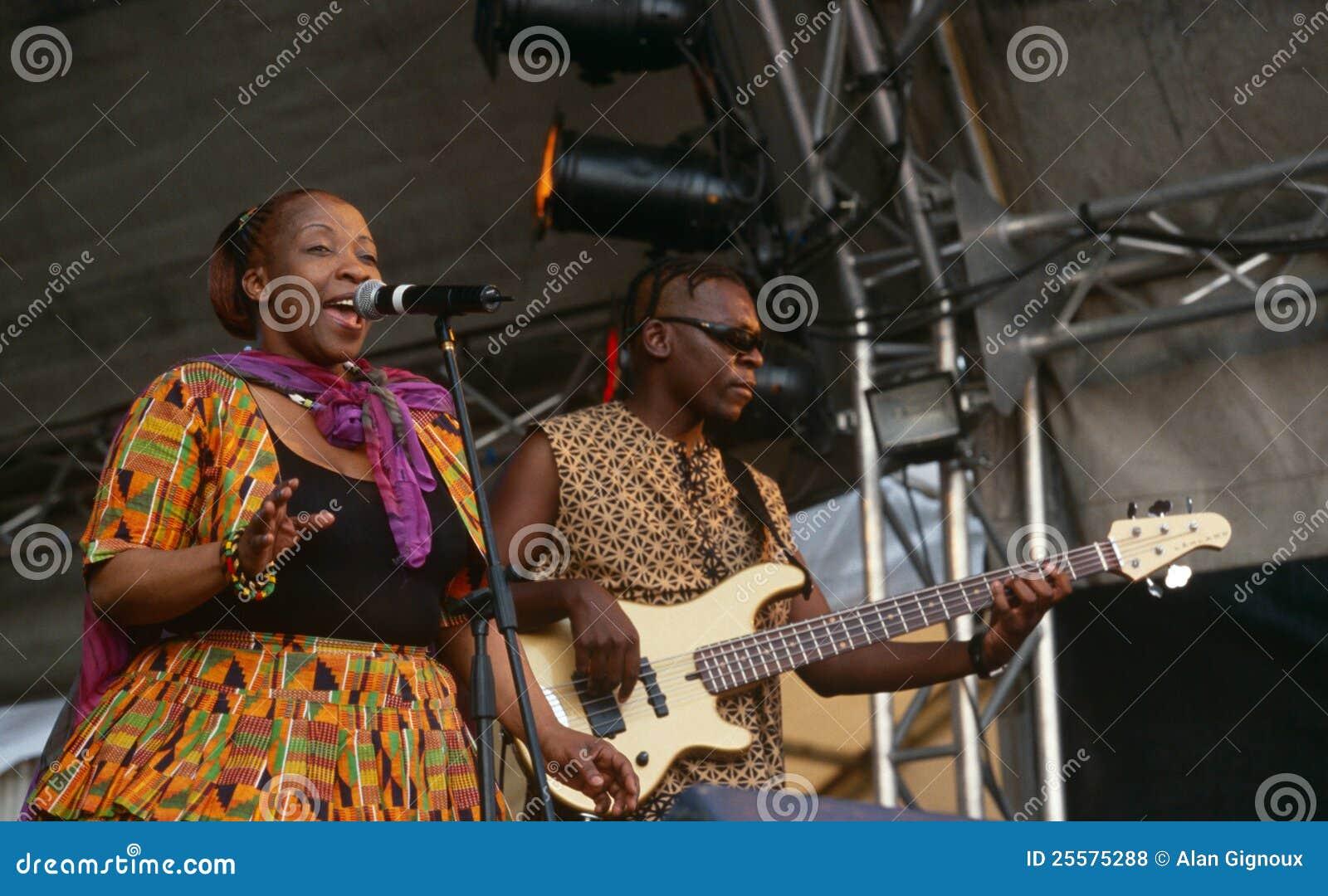 Ein Sänger, der an einem Konzert in Südafrika durchführt
