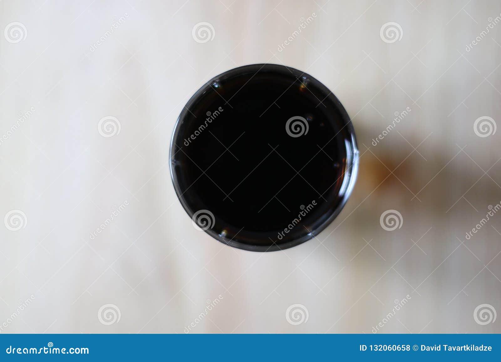 Ein süßes gekohltes Getränk in der Glasschale