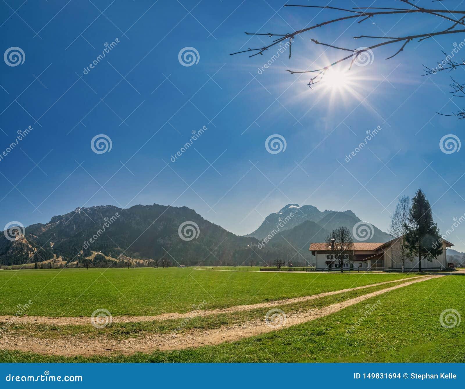 Ein schöner Sommertag im südlichen Bayern, welches die Alpen aufpasst