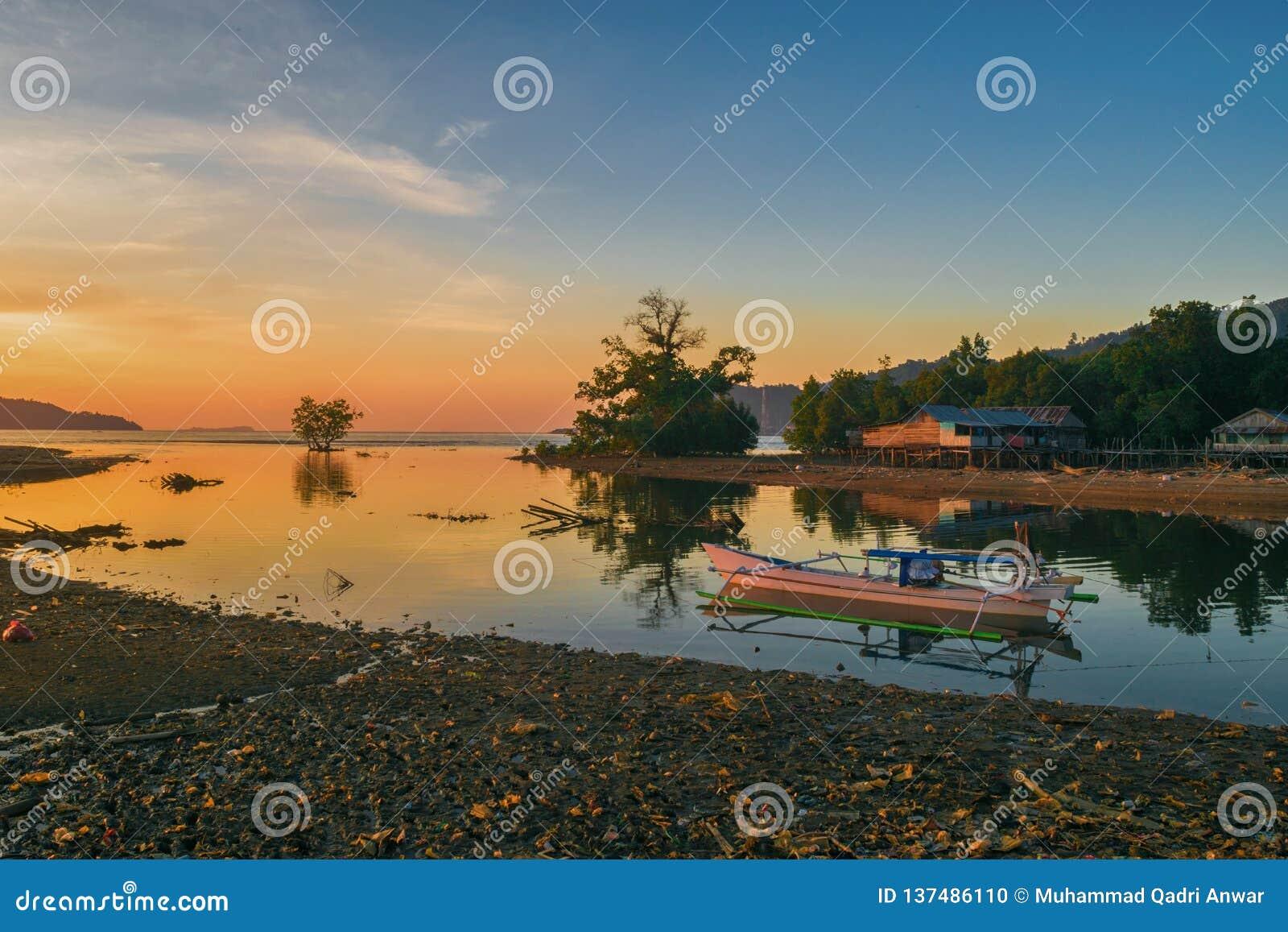 Ein schöner Sonnenuntergang aber das Stören verursachten durch Strand, das durch Plastik verunreinigt werden, dass Leute zu ihrem
