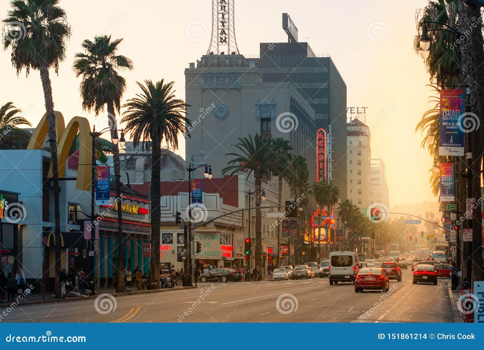 Ein schöner Sonnenuntergang glänzt hinunter den berühmten Hollywood Boulevard Sonnenuntergangstreifen im LA, Kalifornien, USA