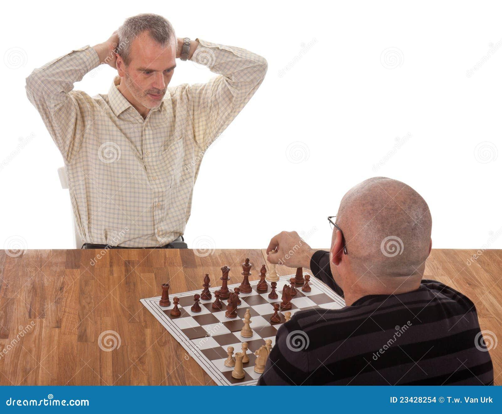 Ein Schachspieler setzt den anderen schachmatt