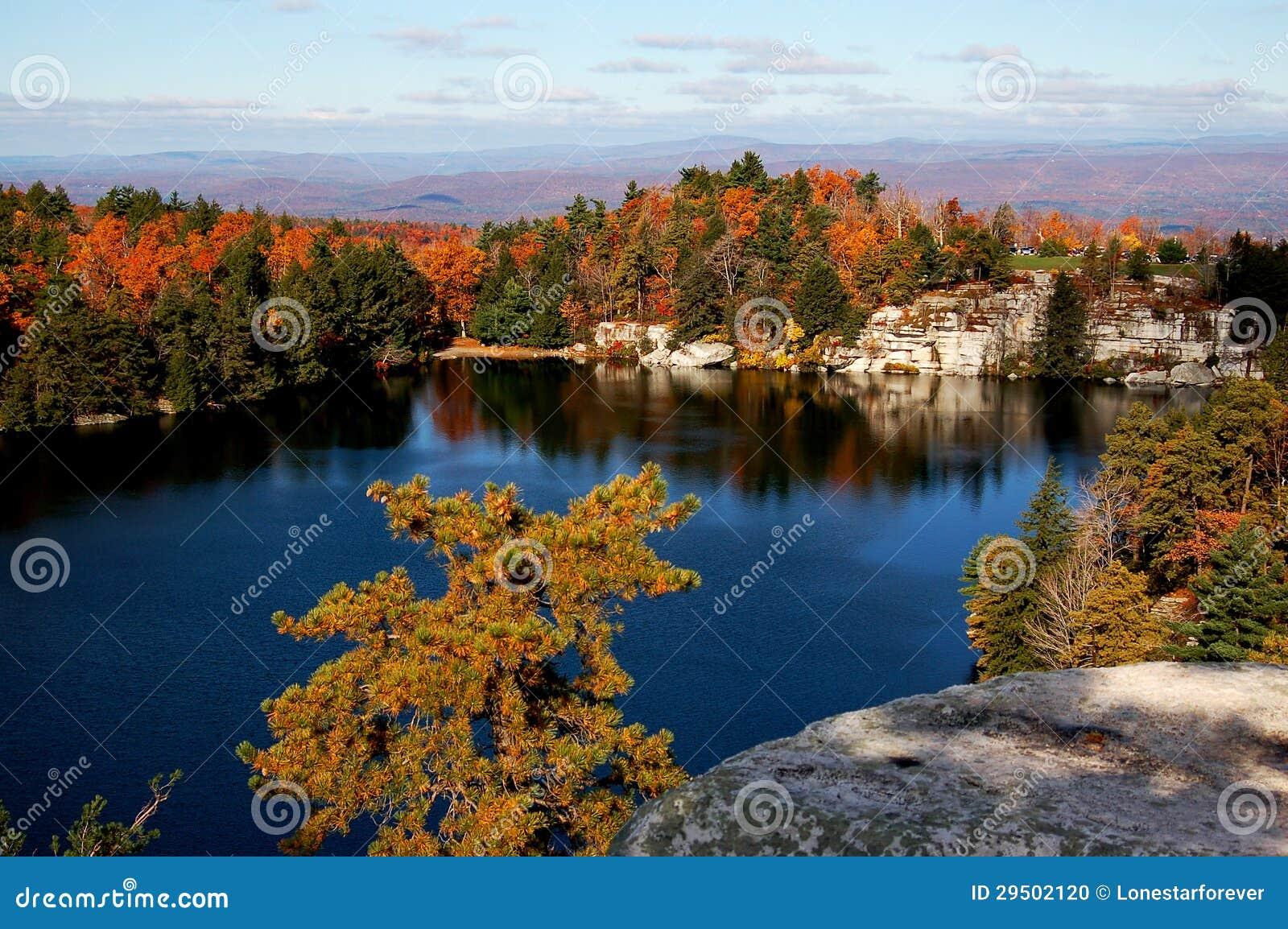 Ein See mit Herbstansicht