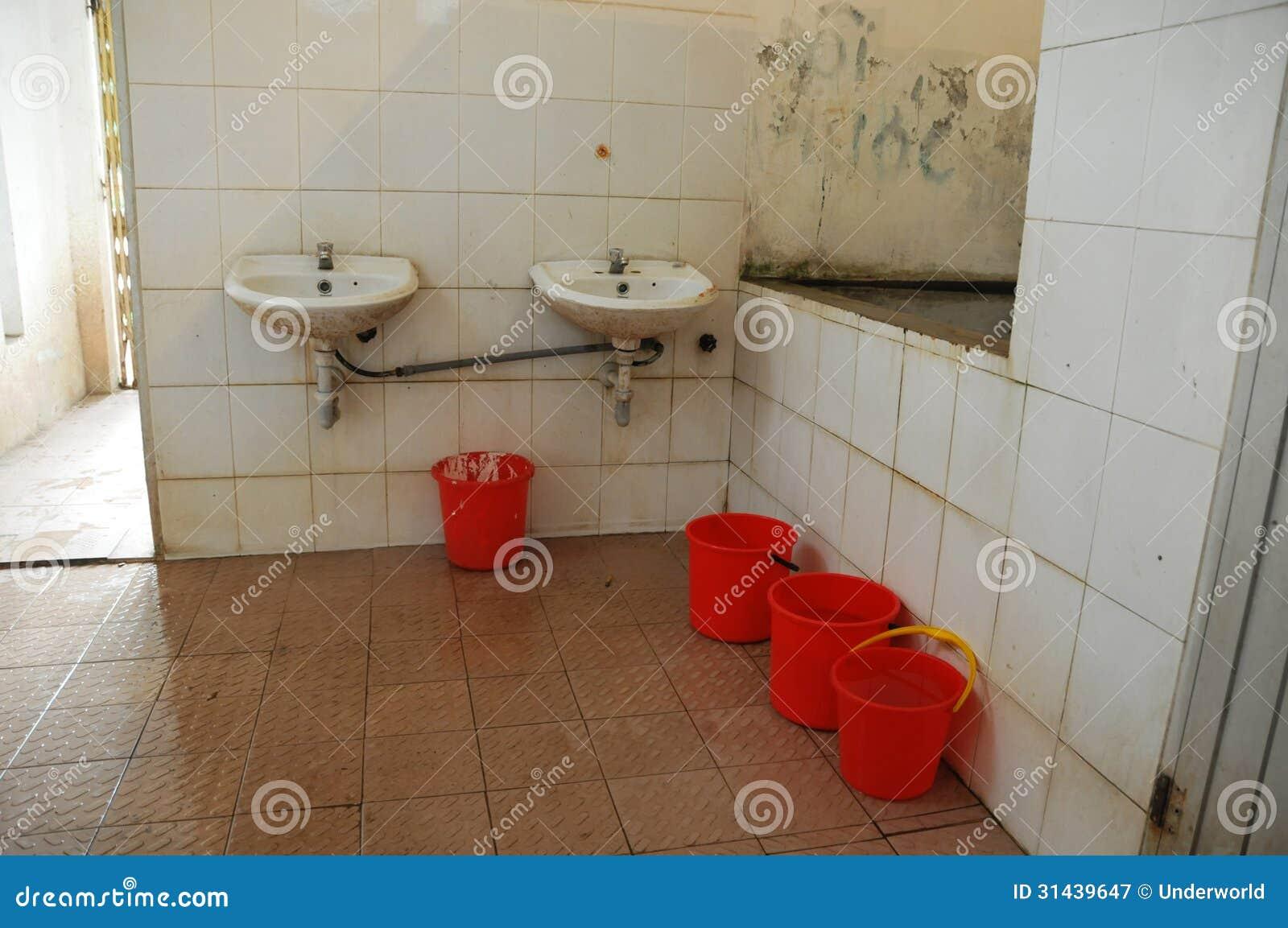 Ein Sehr Schmutziges Badezimmer Stockbild - Bild von unordentlich ...