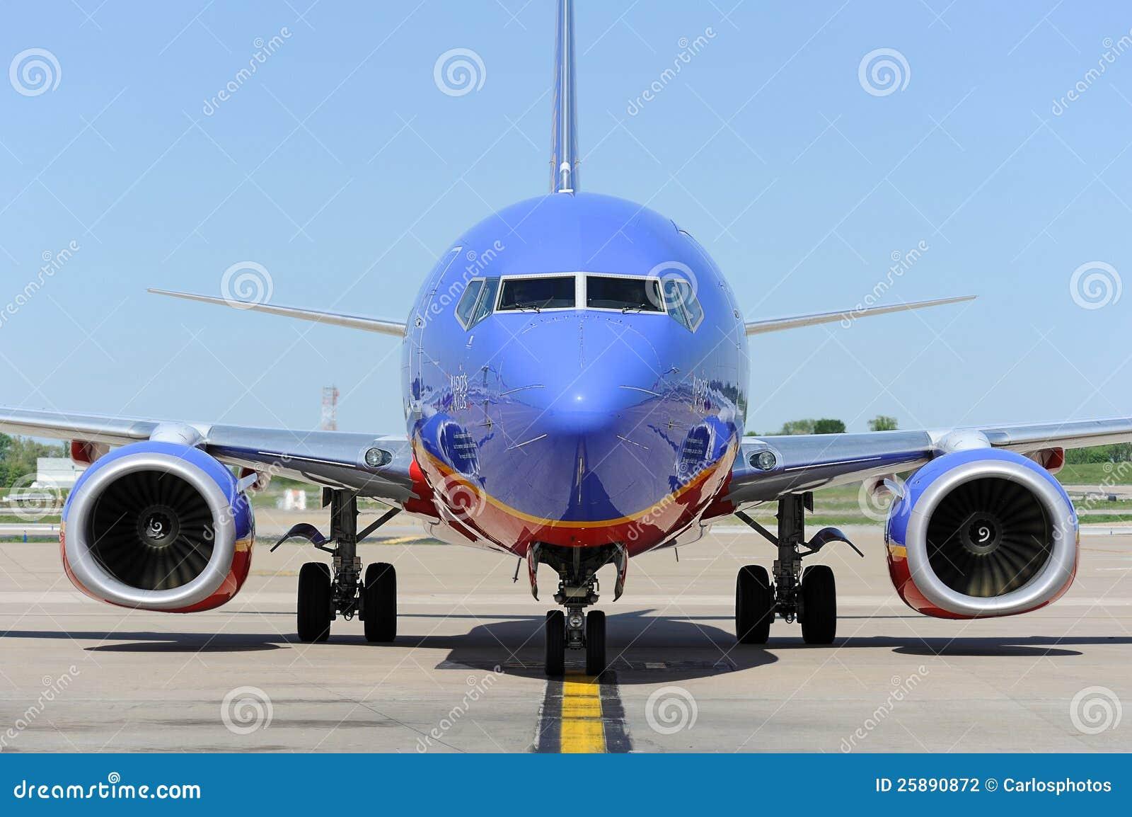 Ein Southwest Airlines pullint in das Gatter
