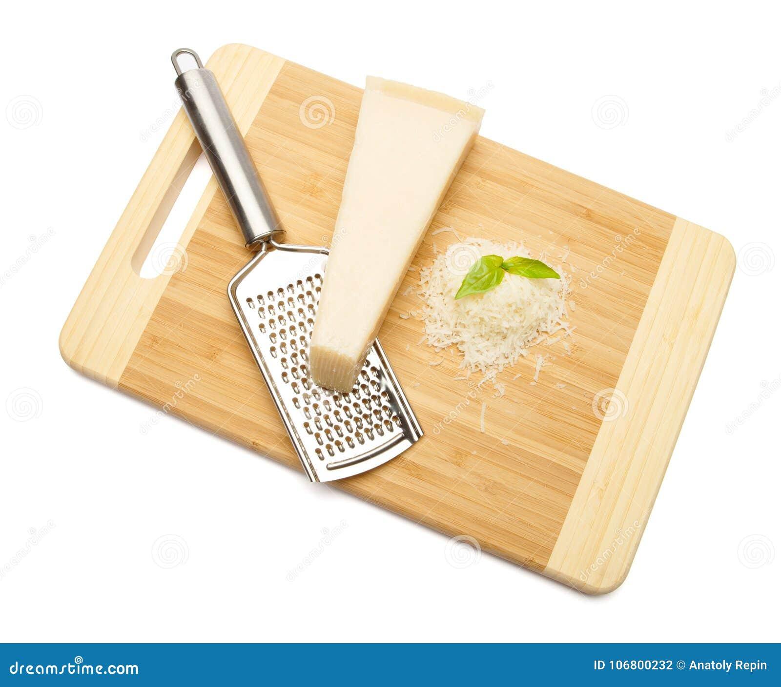Download Ein Stück Parmesankäse Und Geriebener Käse Auf Schneidebrettweißhintergrund Stockfoto - Bild von hart, gesund: 106800232