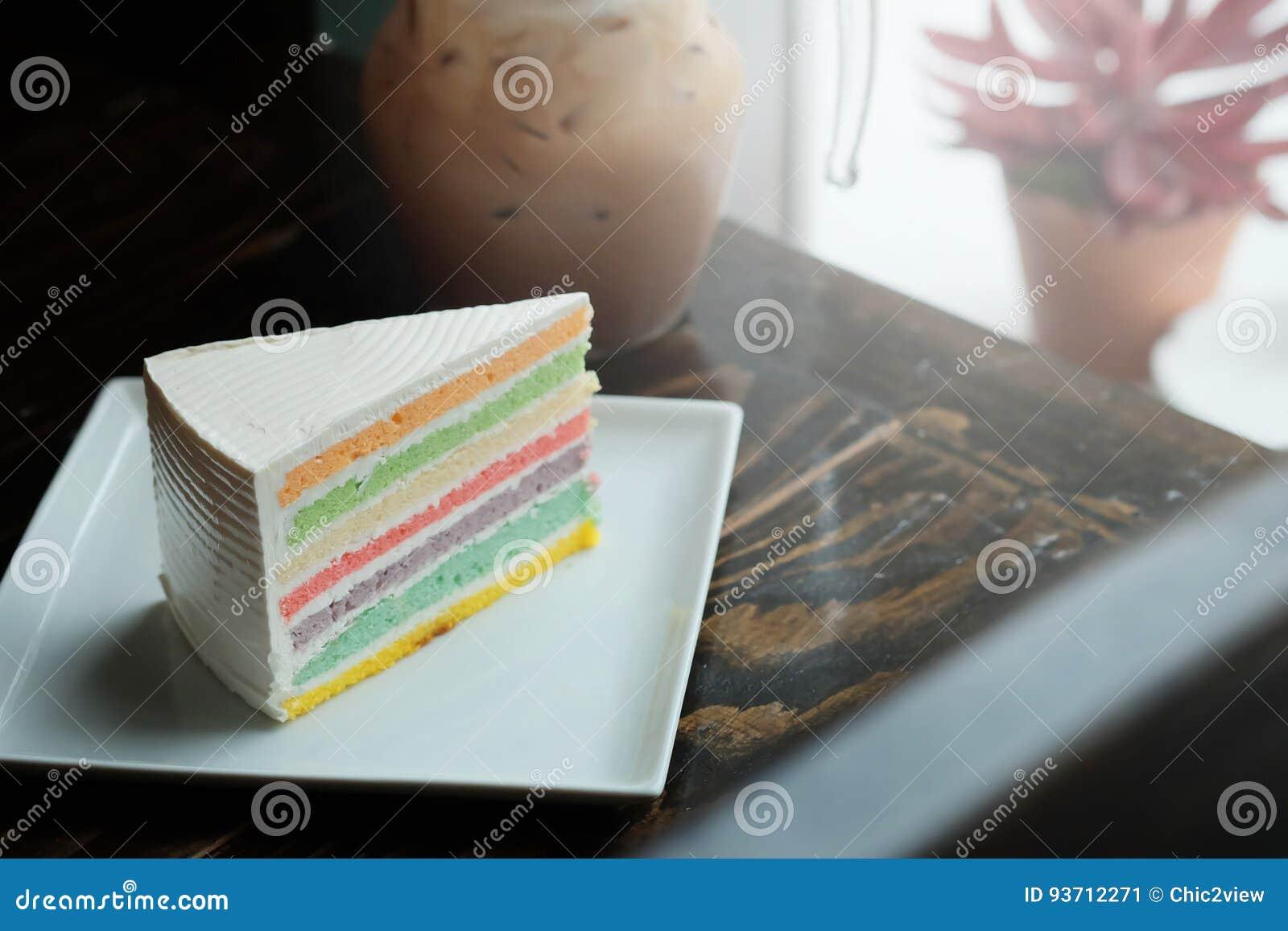 Ein Stück Regenbogenkuchen Und Eismokka Auf Dunklem Holztisch ...
