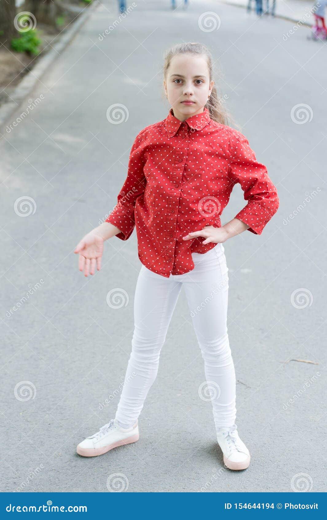 Ein Stückchen zufällig erhalten Zufälliger Blick des netten kleinen Kindes Kleines Mädchen, das zufälliges und beschmutztes rotes