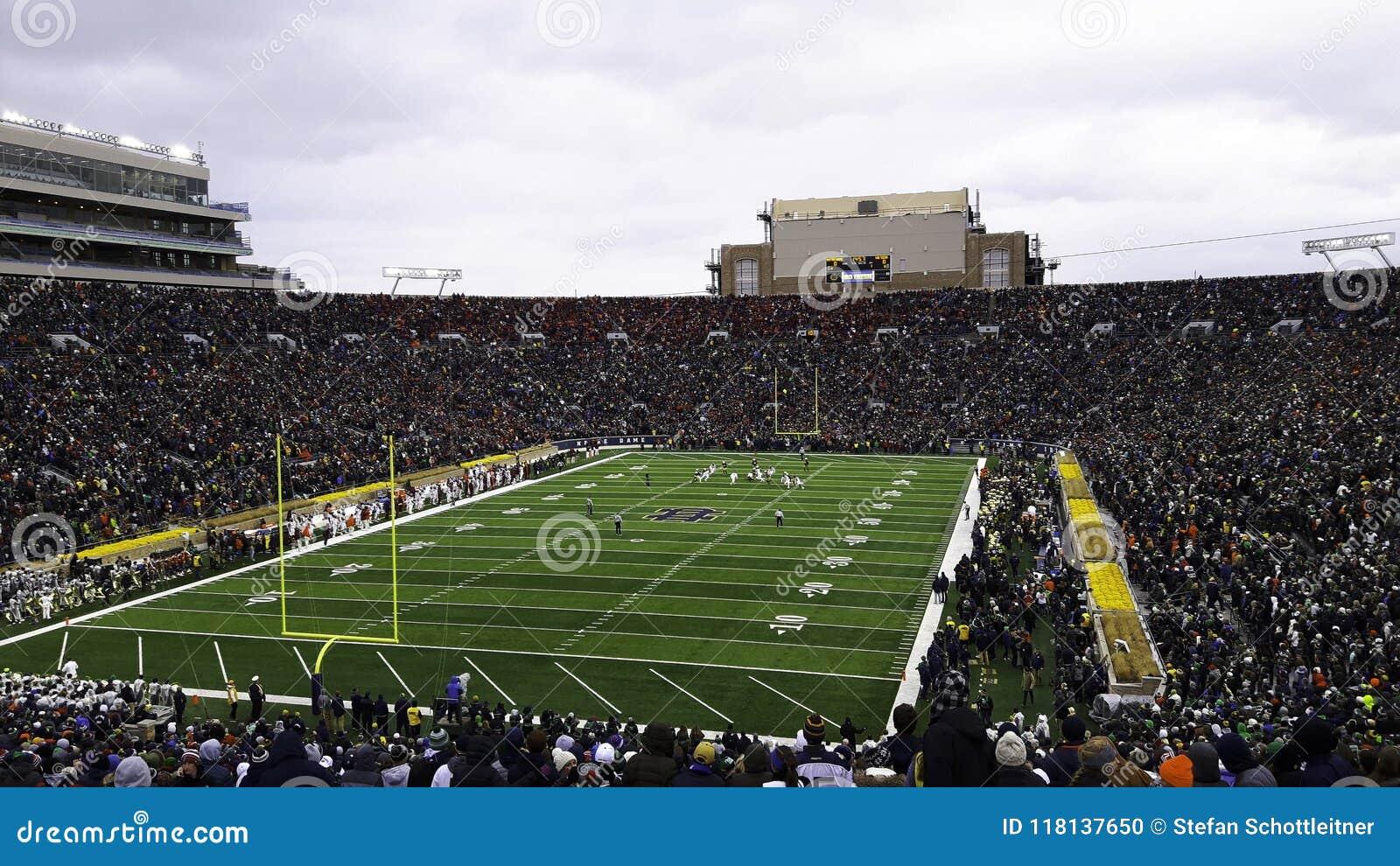 Ein Stadion voll von Leuten während eines Spiels