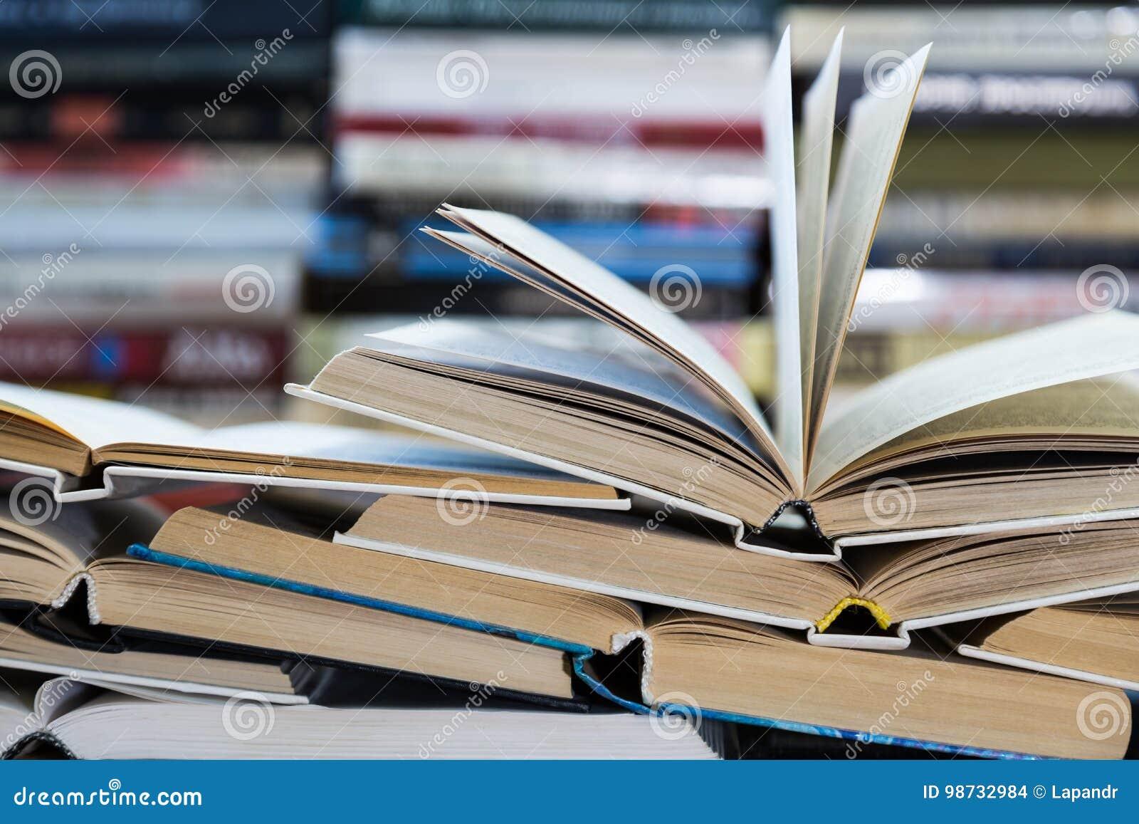 Ein Stapel Bücher mit bunten Abdeckungen Die Bibliothek oder die Buchhandlung Bücher oder Lehrbücher Bildung und Lesung