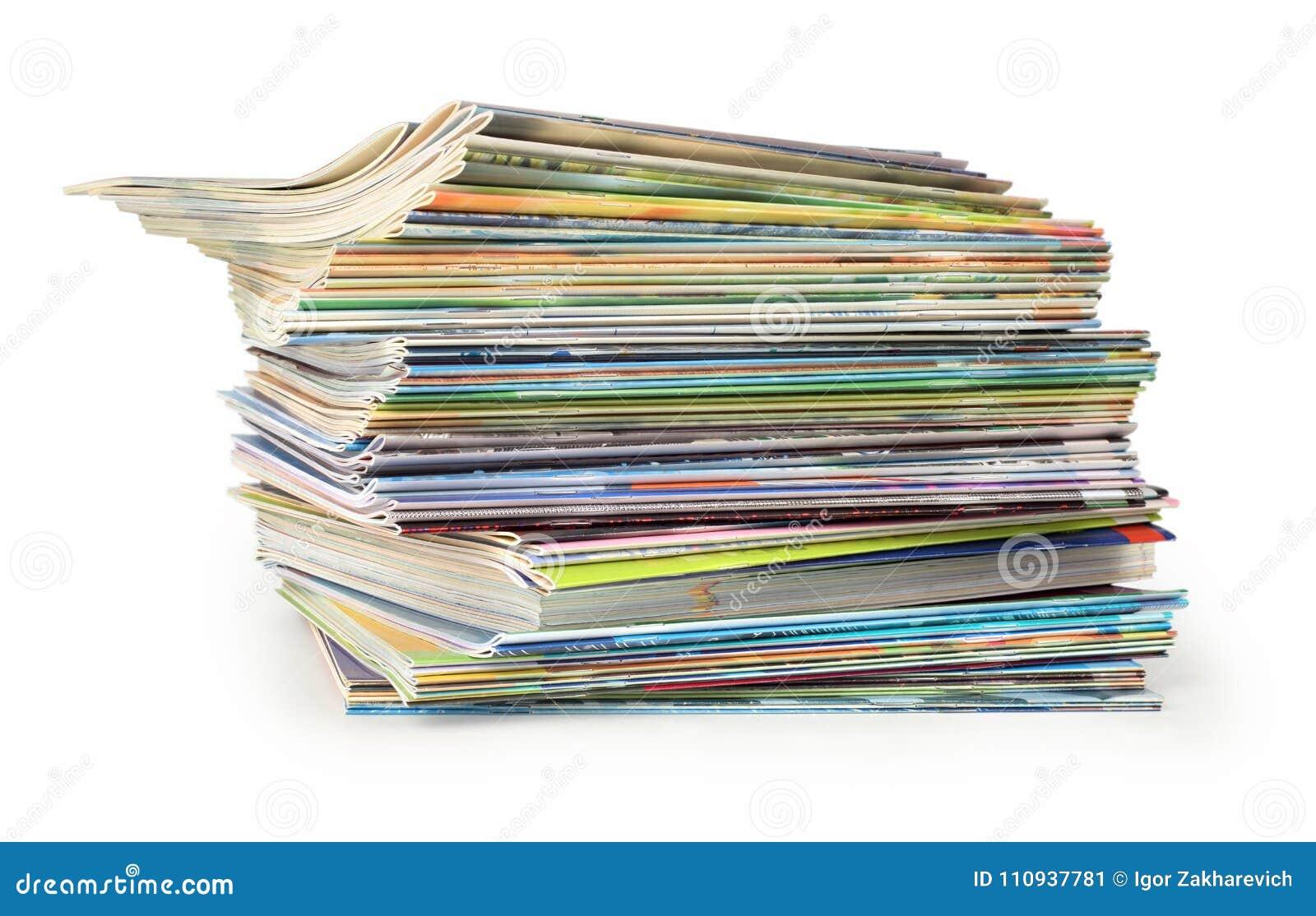 Ein Stapel farbige Zeitschriften auf einem weißen Hintergrund