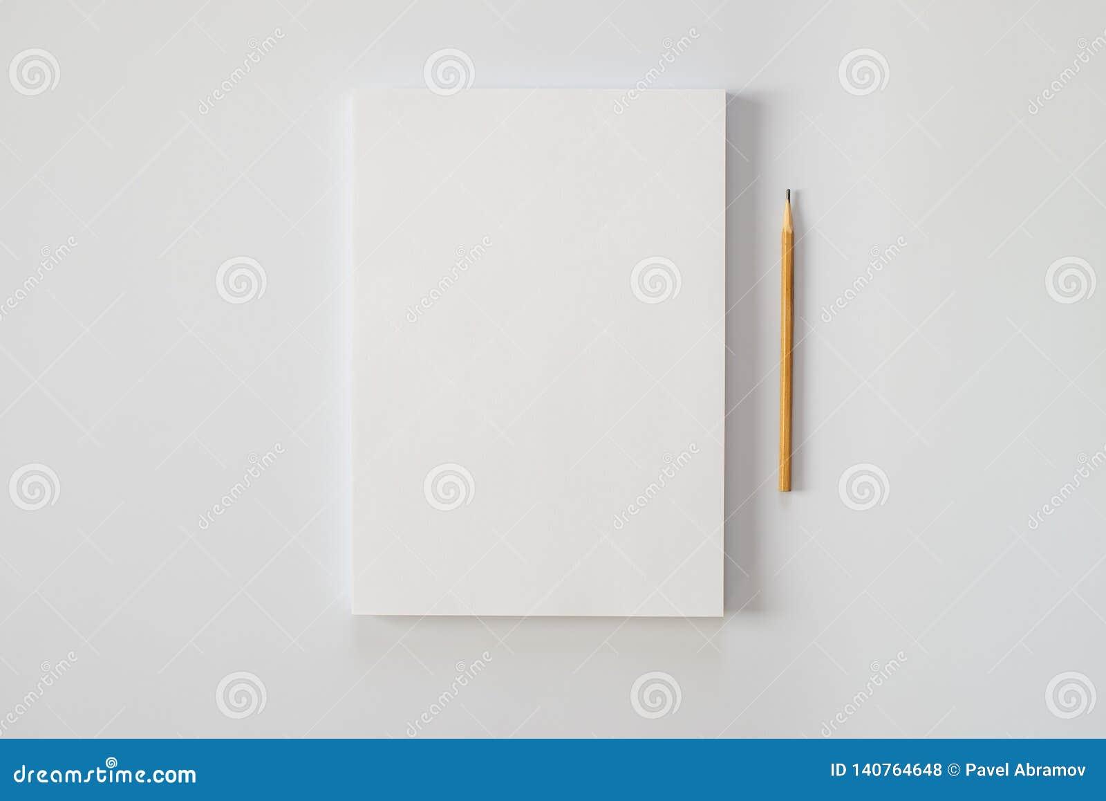 Ein Stapel leere Blätter Papier und einen Bleistift auf einem weißen Hintergrund