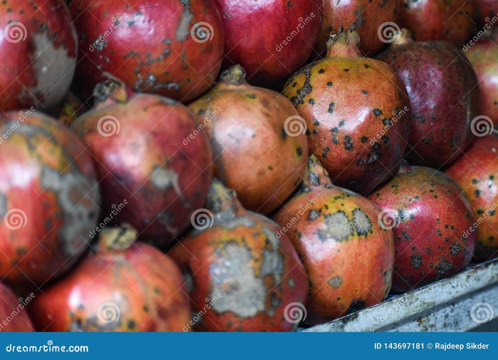 Ein Stapel rote Granatäpfel