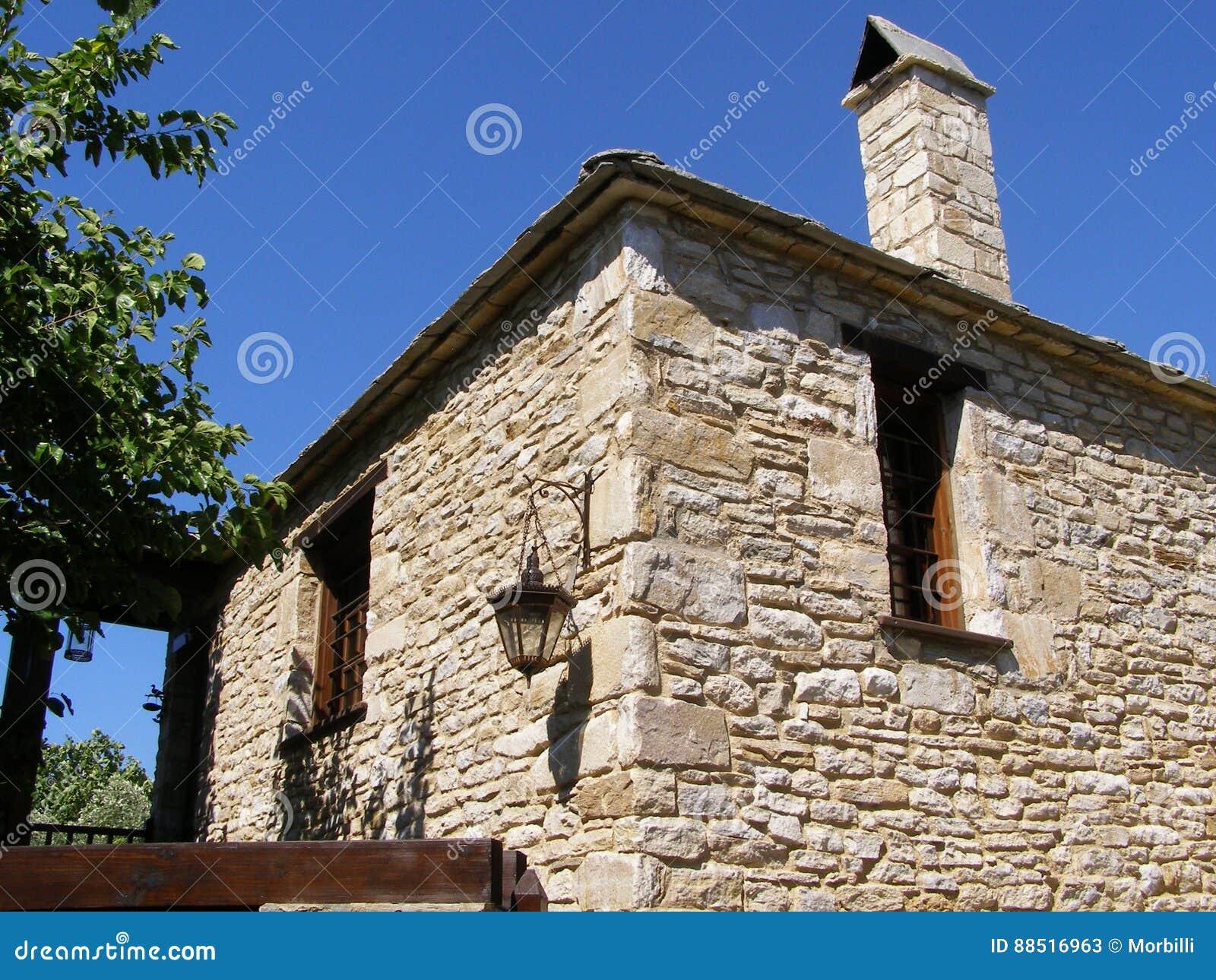 Ein Steinhaus stockbild. Bild von klein, stein, blau - 88516963