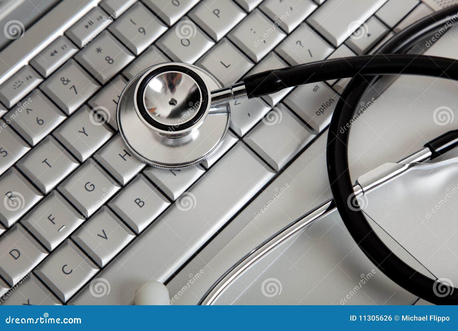 Ein Stethoskop auf einer Computertastatur