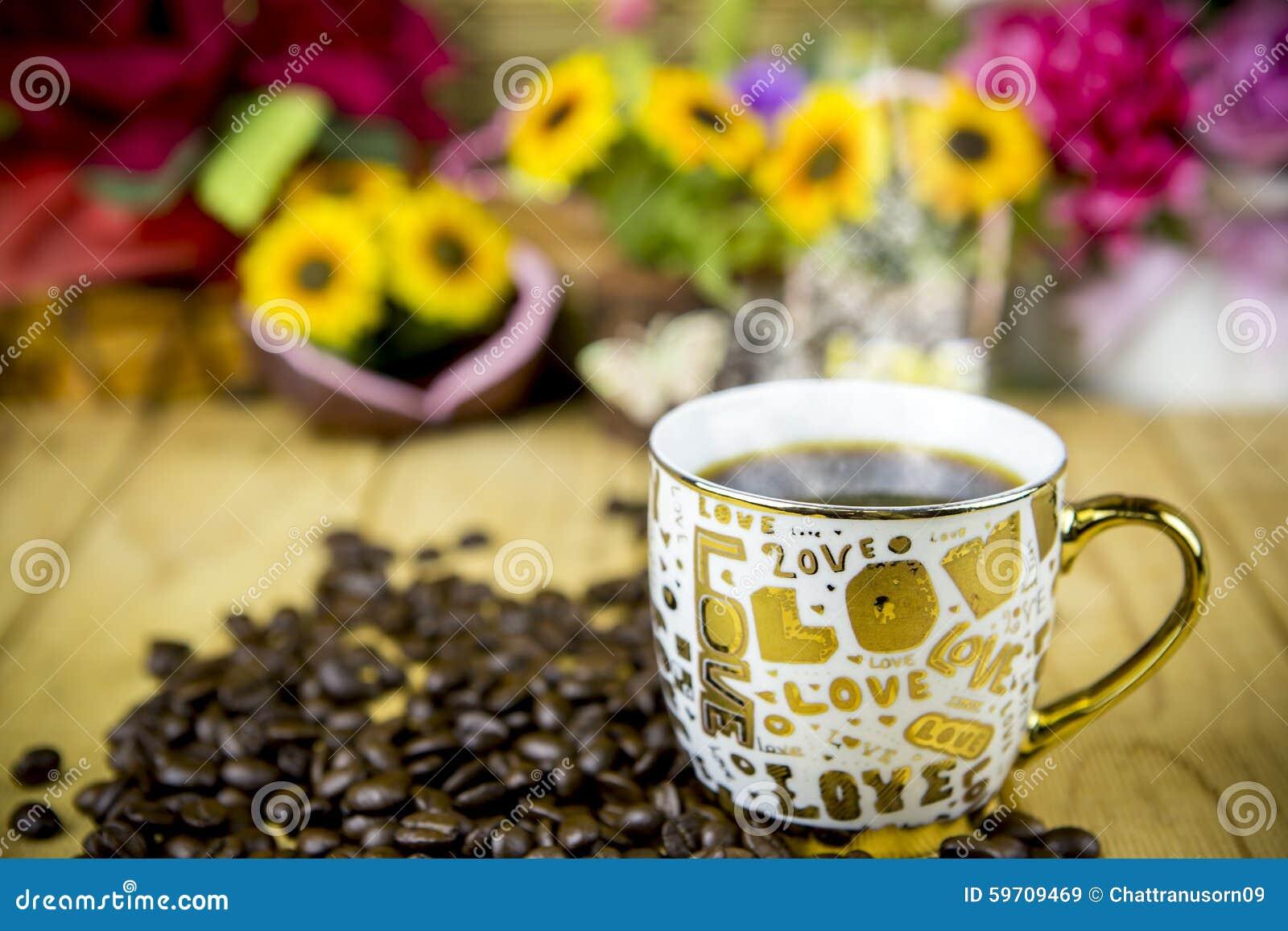 ein tasse kaffee kostet auf einem holztisch stockfoto. Black Bedroom Furniture Sets. Home Design Ideas