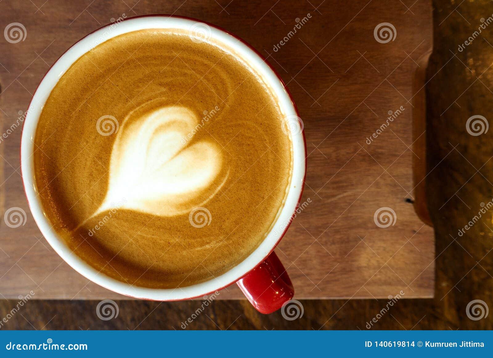 Ein Tasse Kaffee mit Herz Lattekunst