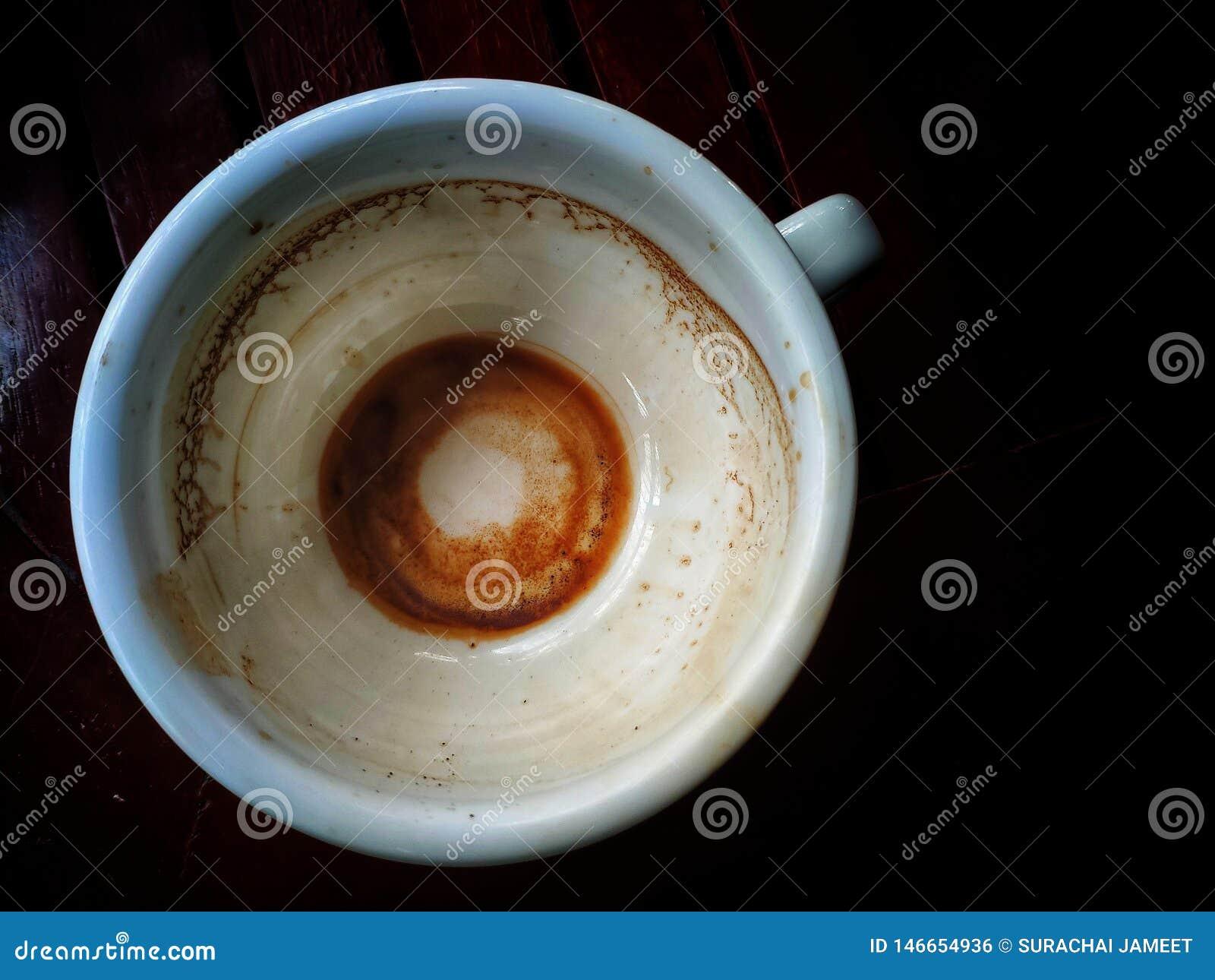 Ein Tasse Kaffee, nachdem nur die Kaffeeschrotte auf der Unterseite getrunken worden sind und gesehen worden sind