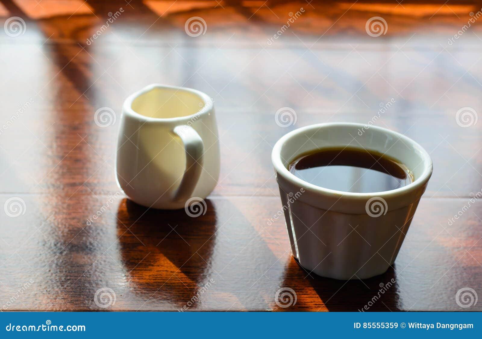 Ein Tasse Kaffee und ein Topf huney