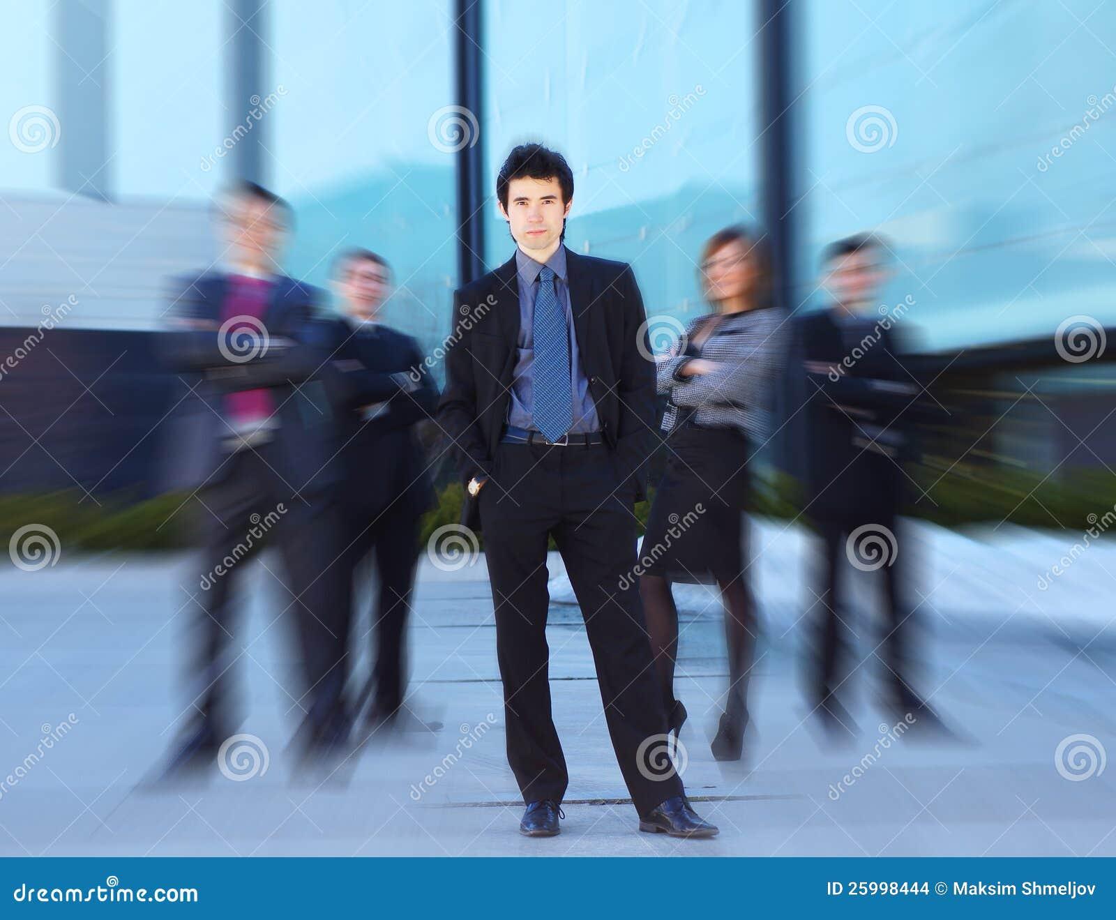 Ein Team der jungen Geschäftspersonen in der formalen Kleidung