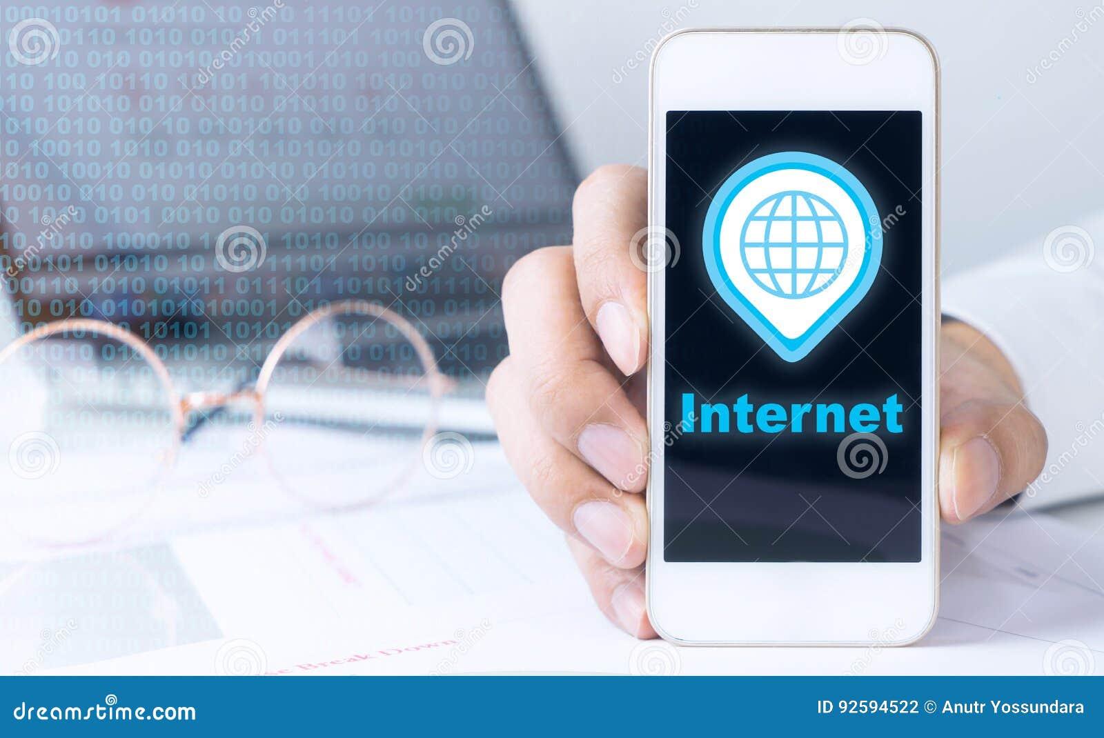 Ein Telefon halten angeschlossen an das Internet