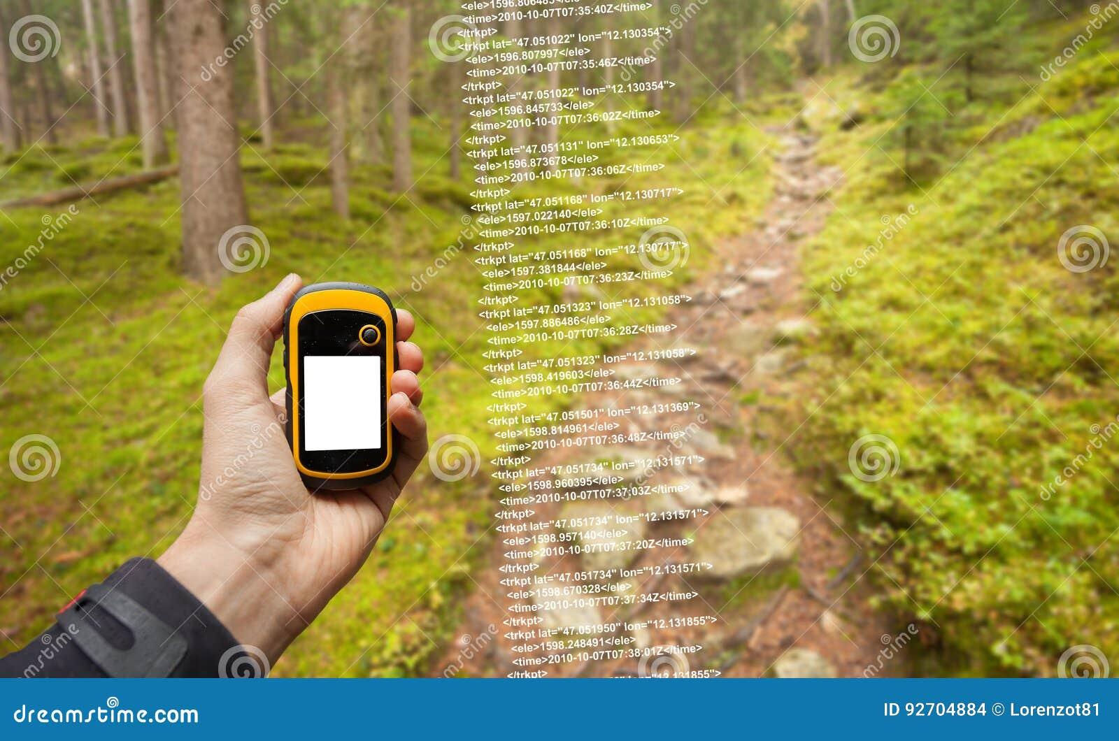 Ein Trekker findet die rechte Position im Wald über gps in einem bewölkten Herbsttag