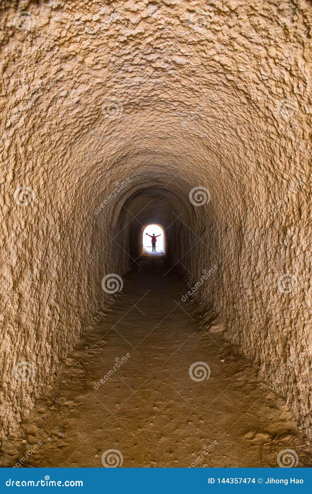 Ein Tunnel, der nur eine Person unterbringen kann, tief, mysteriös, unglaublich