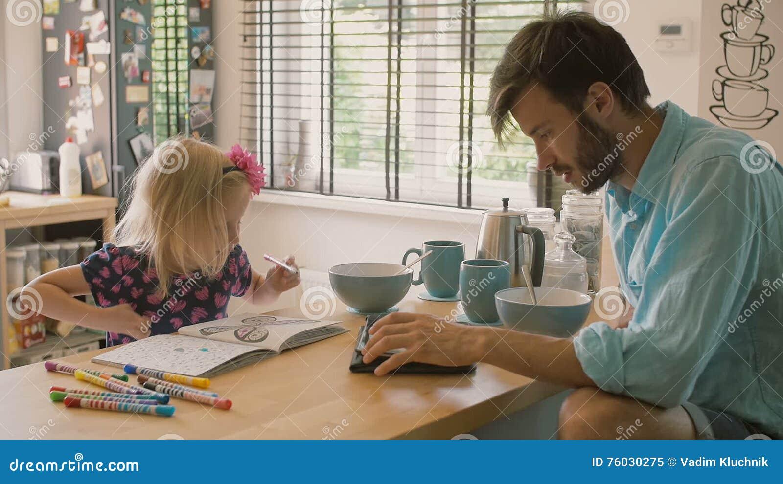 Ein Vater Arbeitet An Seinem IPad, Während Seine Tochter Am ...