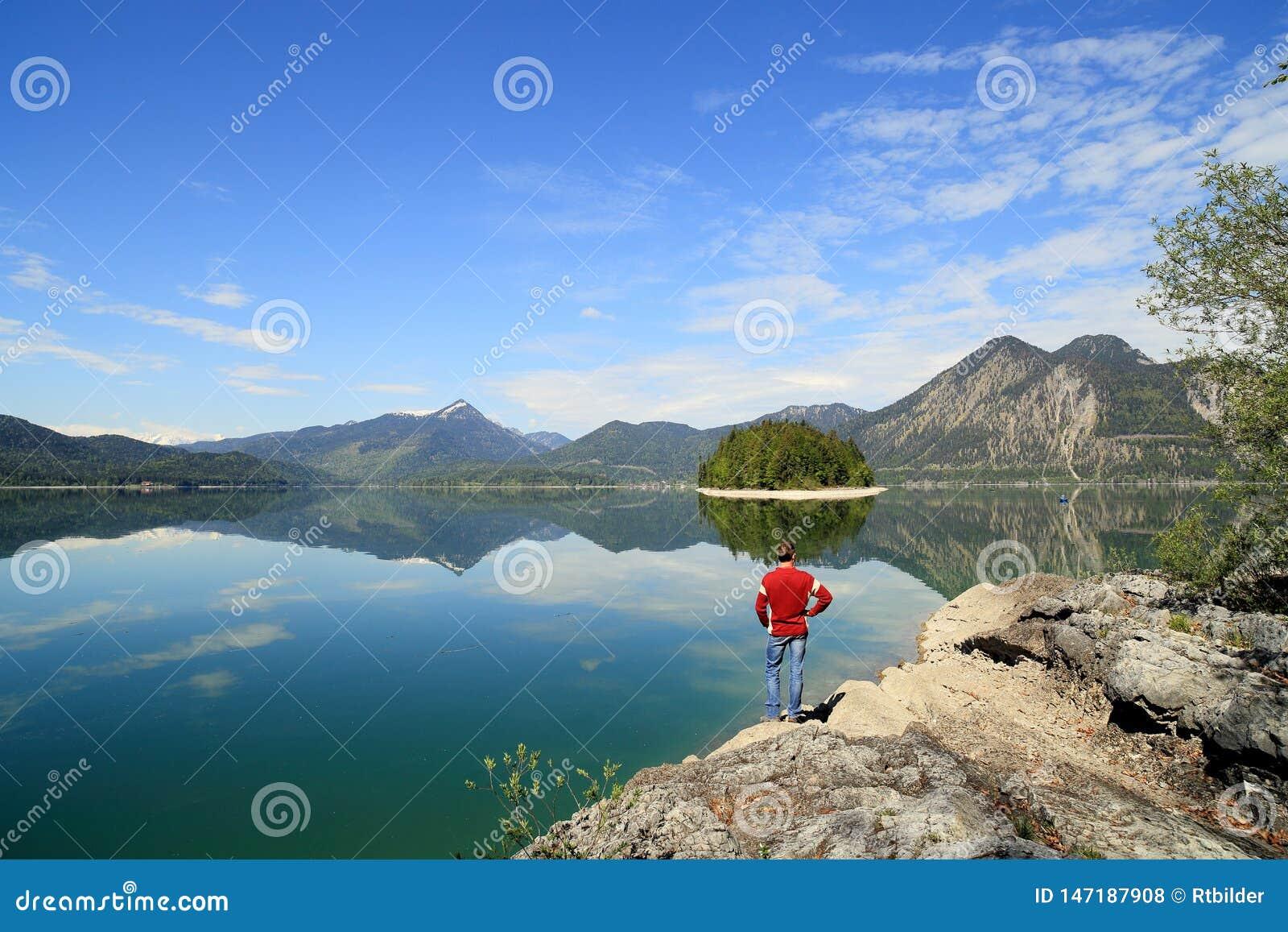 Ein Wanderer schaut zum schönen See