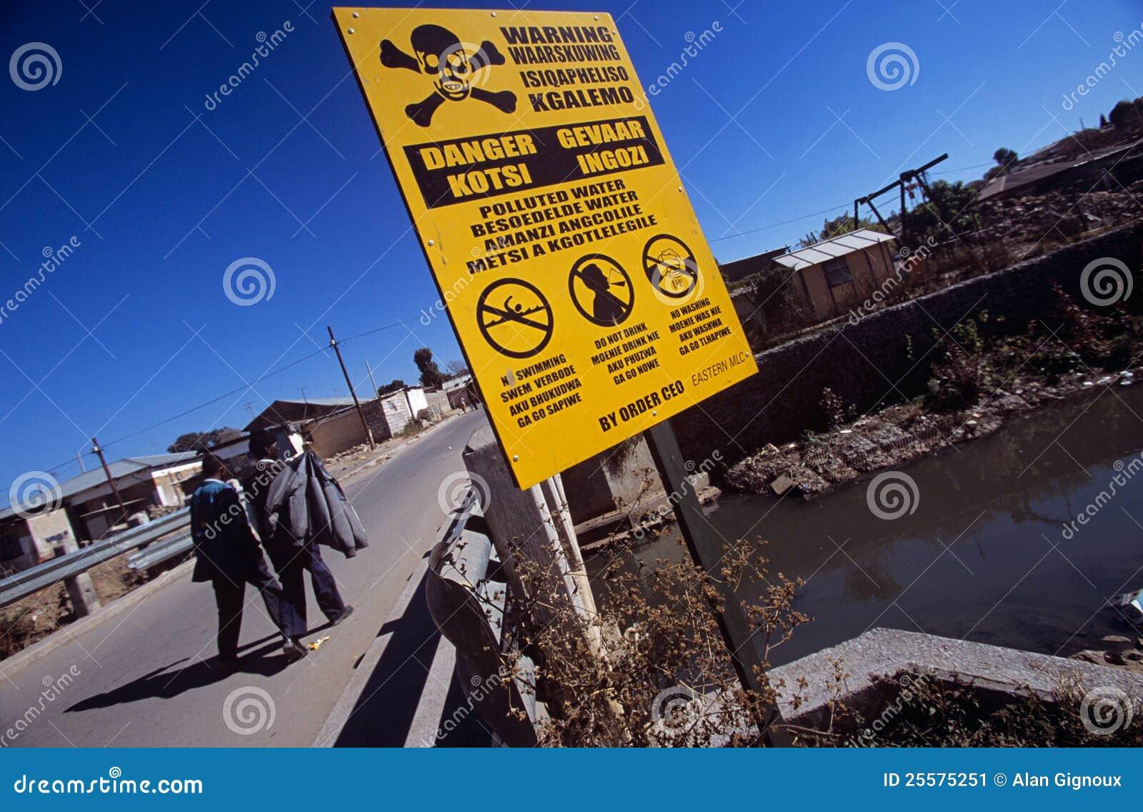 Ein Warnzeichen auf der Straßenseite in Südafrika