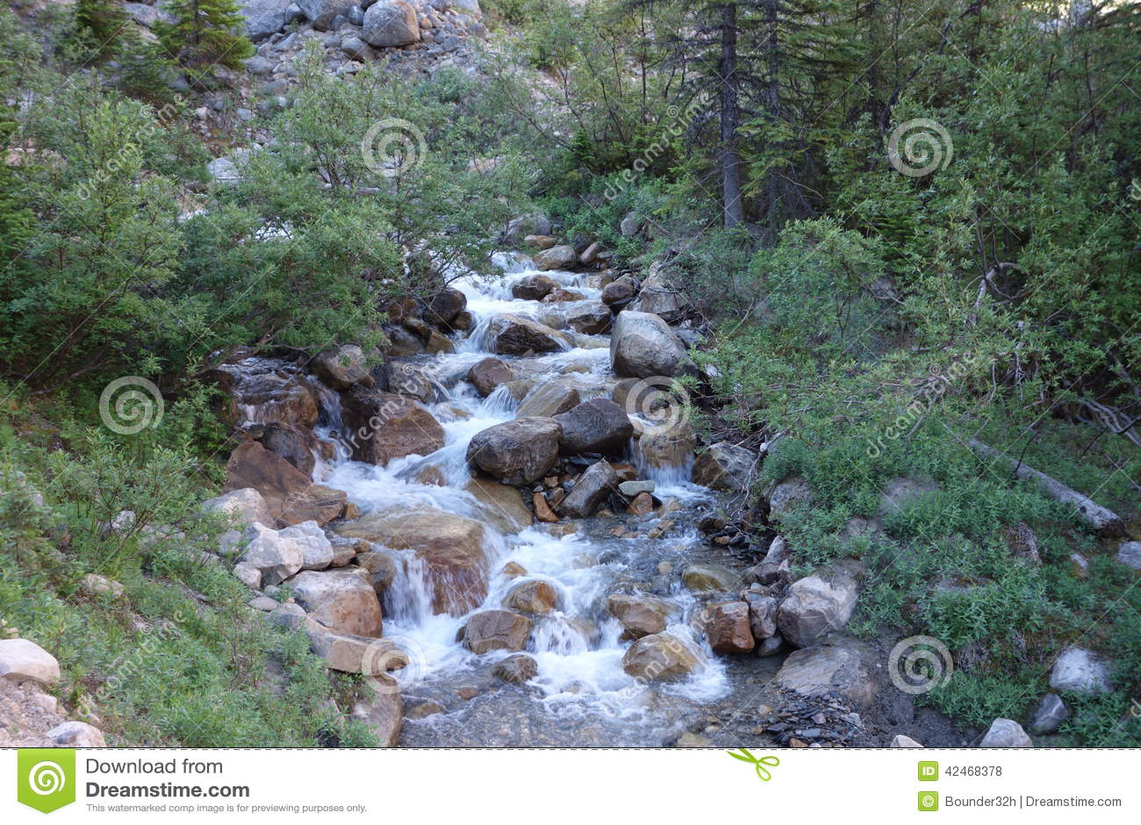Ein Wasserfall, der von einem Gletscher läuft