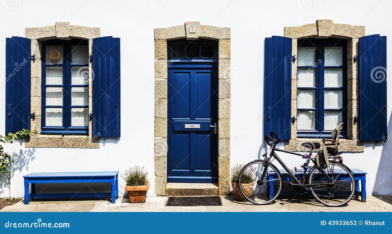 ein wei es haus mit blauem rahmen stockfoto bild 43933653. Black Bedroom Furniture Sets. Home Design Ideas