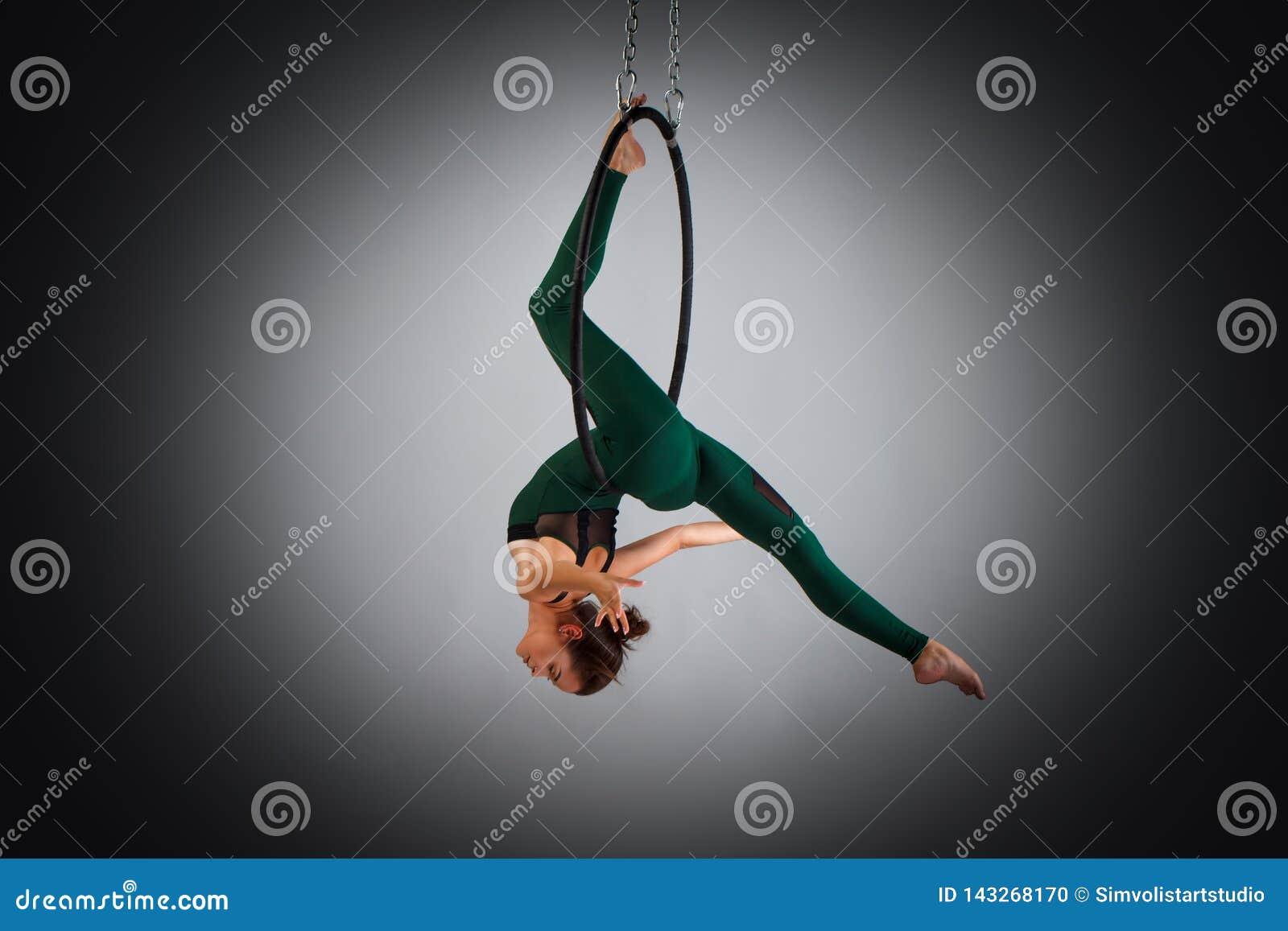 Ein Weiblicher Turner Der übungen Auf Einem Luftringband