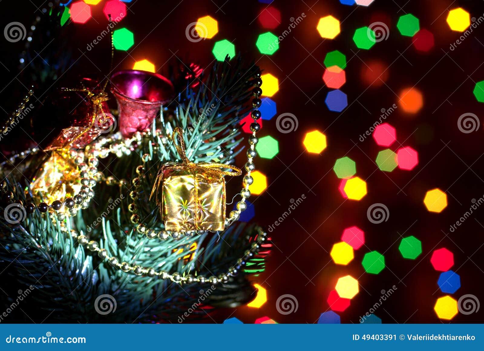 Download Ein Weihnachtsbaum Mit Spielwaren Mit Girlanden Von Bokeh Stockbild - Bild von dekoration, haupt: 49403391