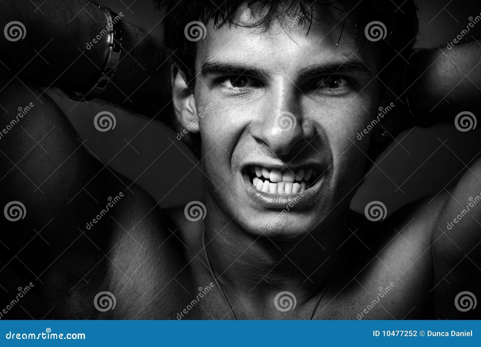Ein wilder Machomann, der seine Zähne zeigt