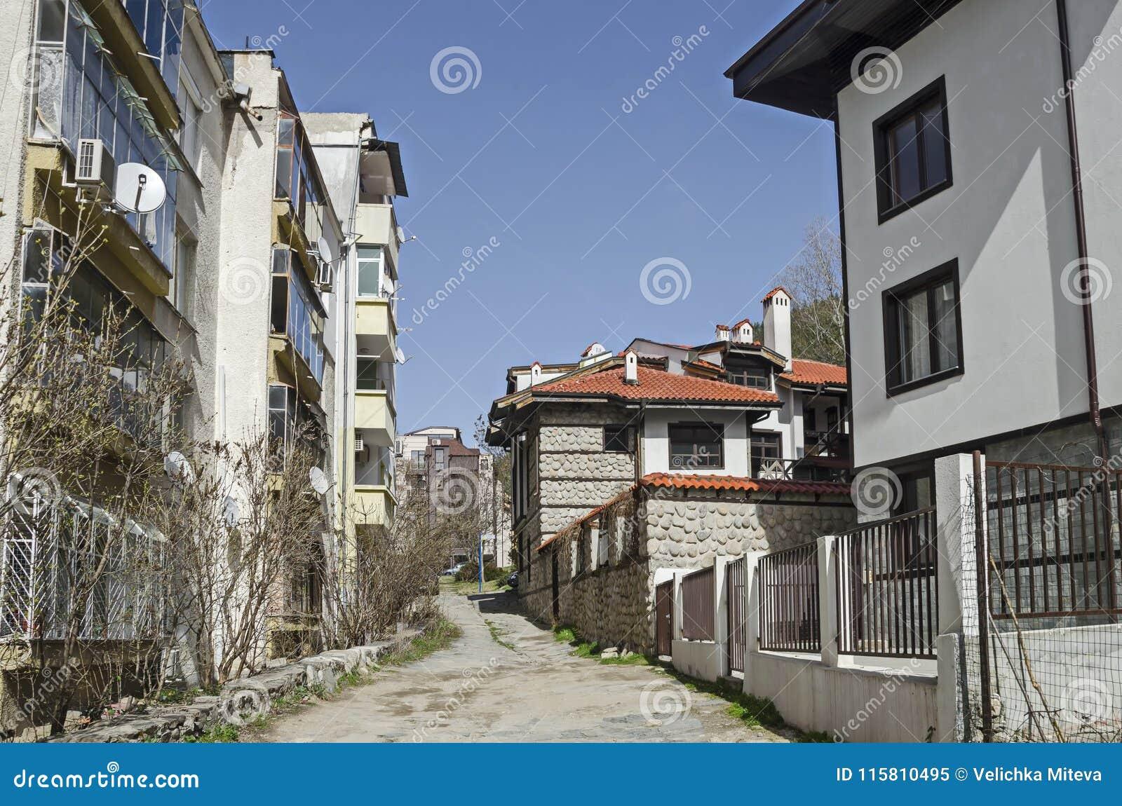 Ein Wohnviertel Von Zeitgenössischen Bulgarischen Häusern Im ...