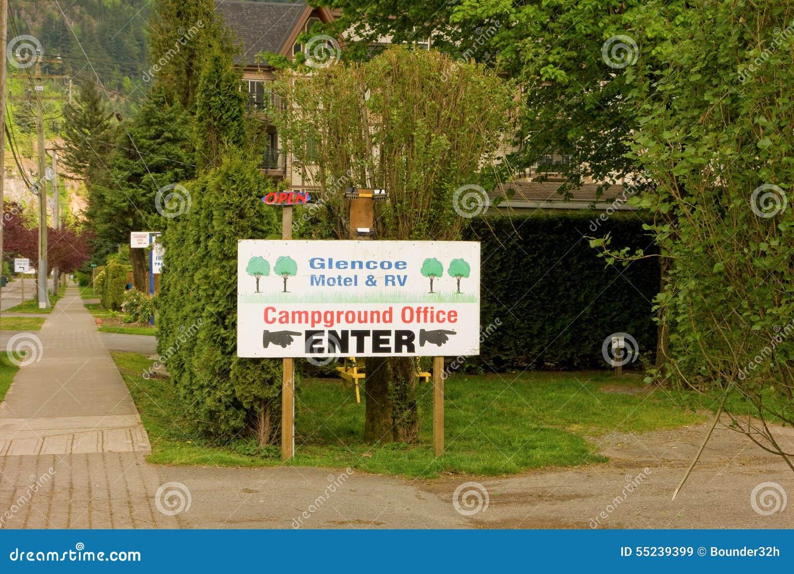 Ein Zeichen, das einen Campingplatz an Harrison-heißen Quellen annonciert