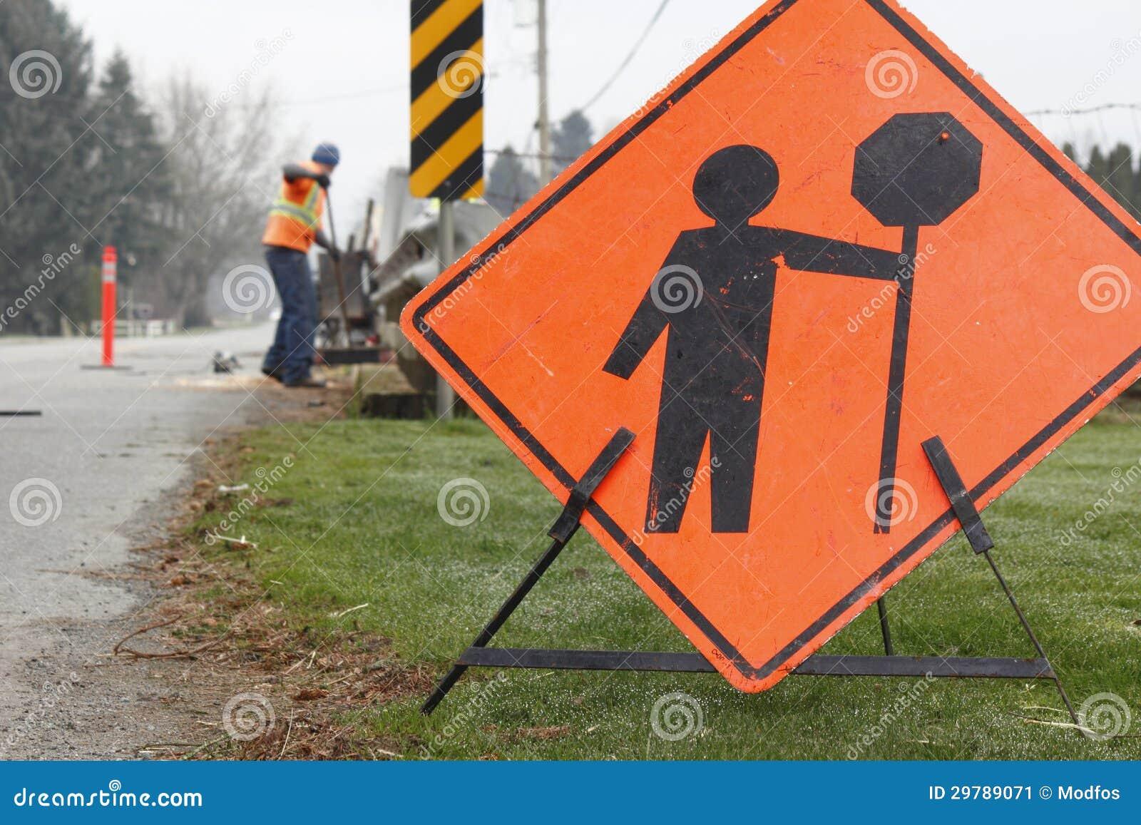 Straßen-Reparatur-Zeichen und Mannschaft