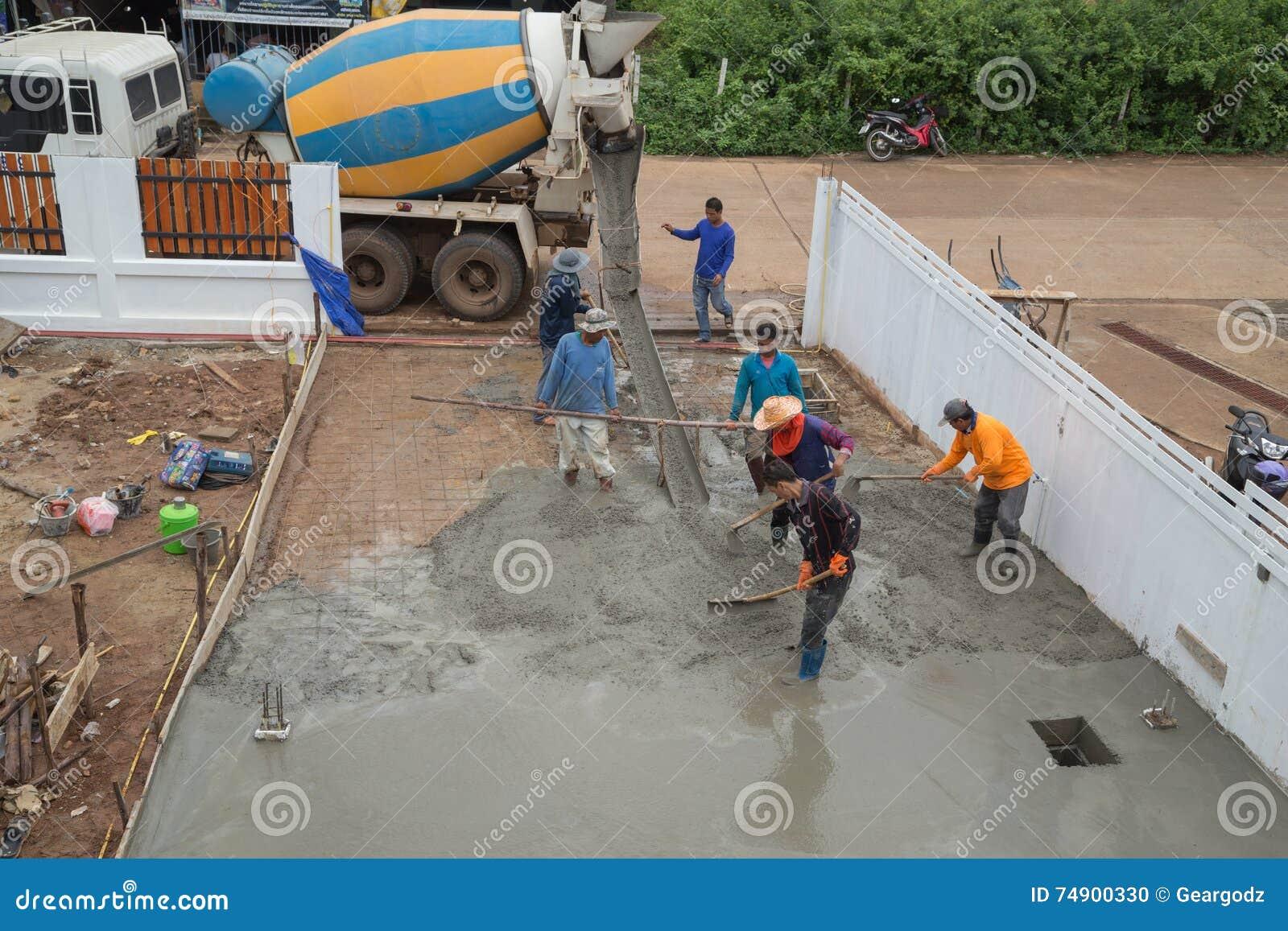 Fußboden Neu Gießen ~ Ein zement lkw und arbeitskraft gießen zement zum neuen boden