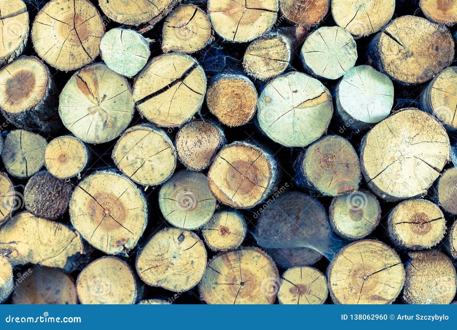 Einden van logboeken houten achtergrond toning Hout in de stapel - Beeld