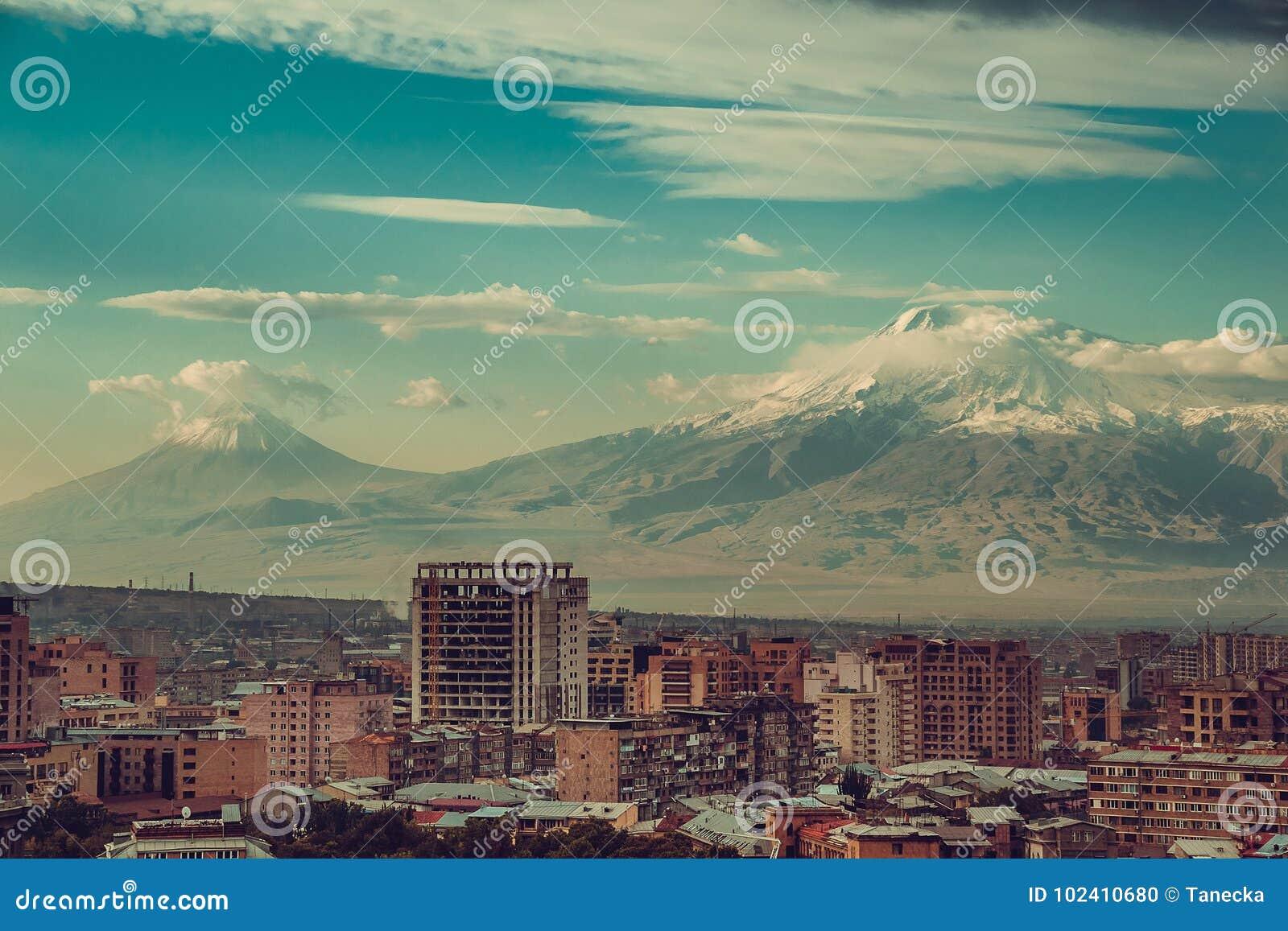 Eindrucksvoller der Ararat-Hintergrund Eriwan-Stadtbild Reise nach Armenien Tourismusindustrie Bewölkter Himmel Armenische Archit