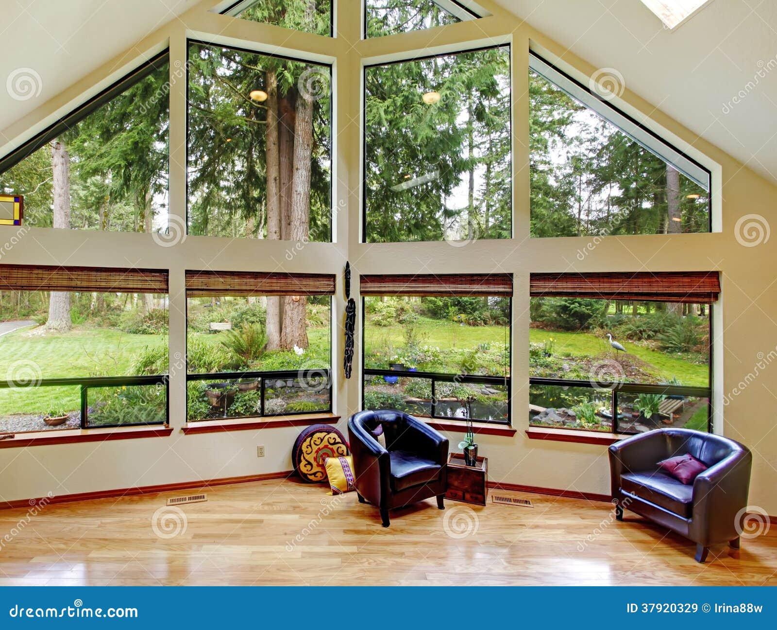 Eindrucksvolles Wohnzimmer Mit Glaswand