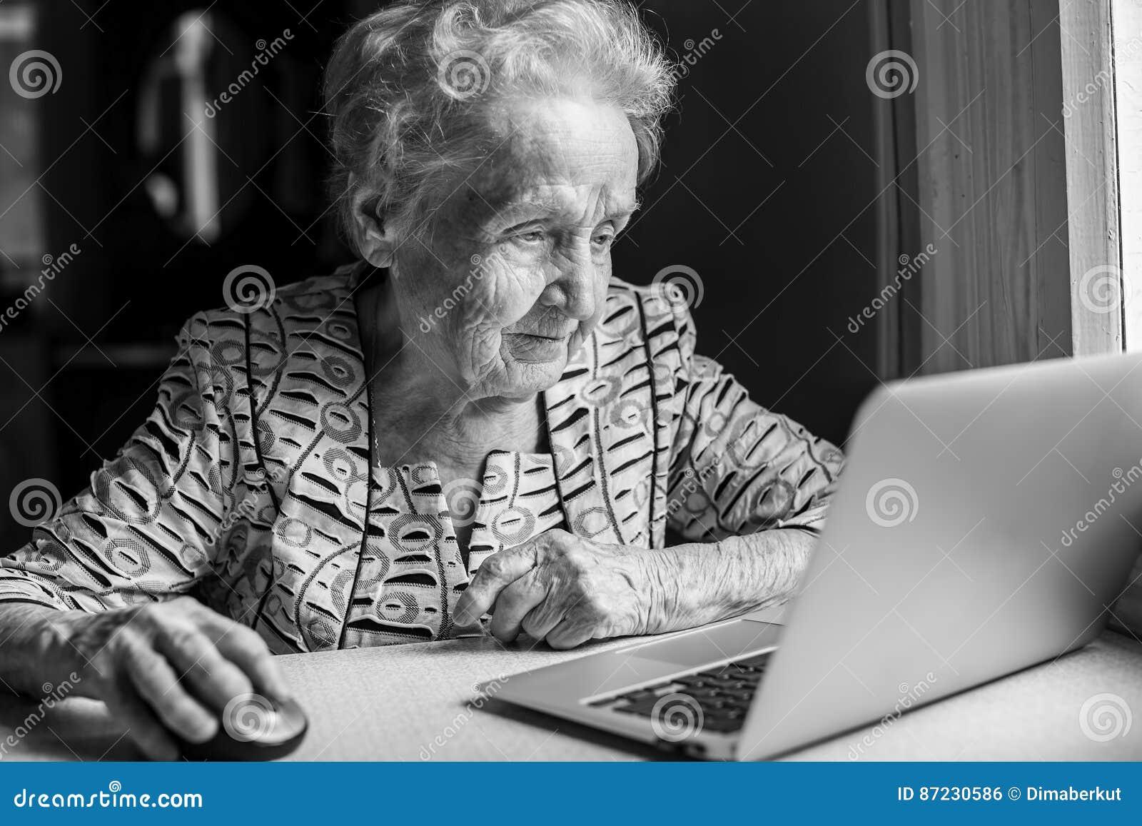 Eine ältere Frau mit einem Laptop