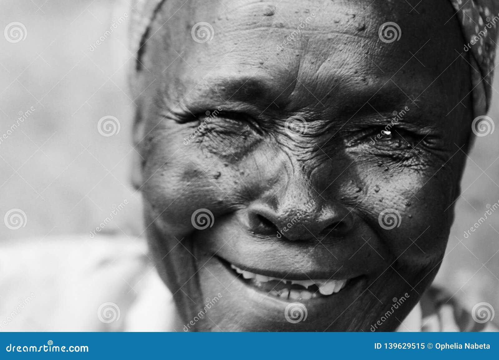 Bilder frau ohne zähne Frau zeigt