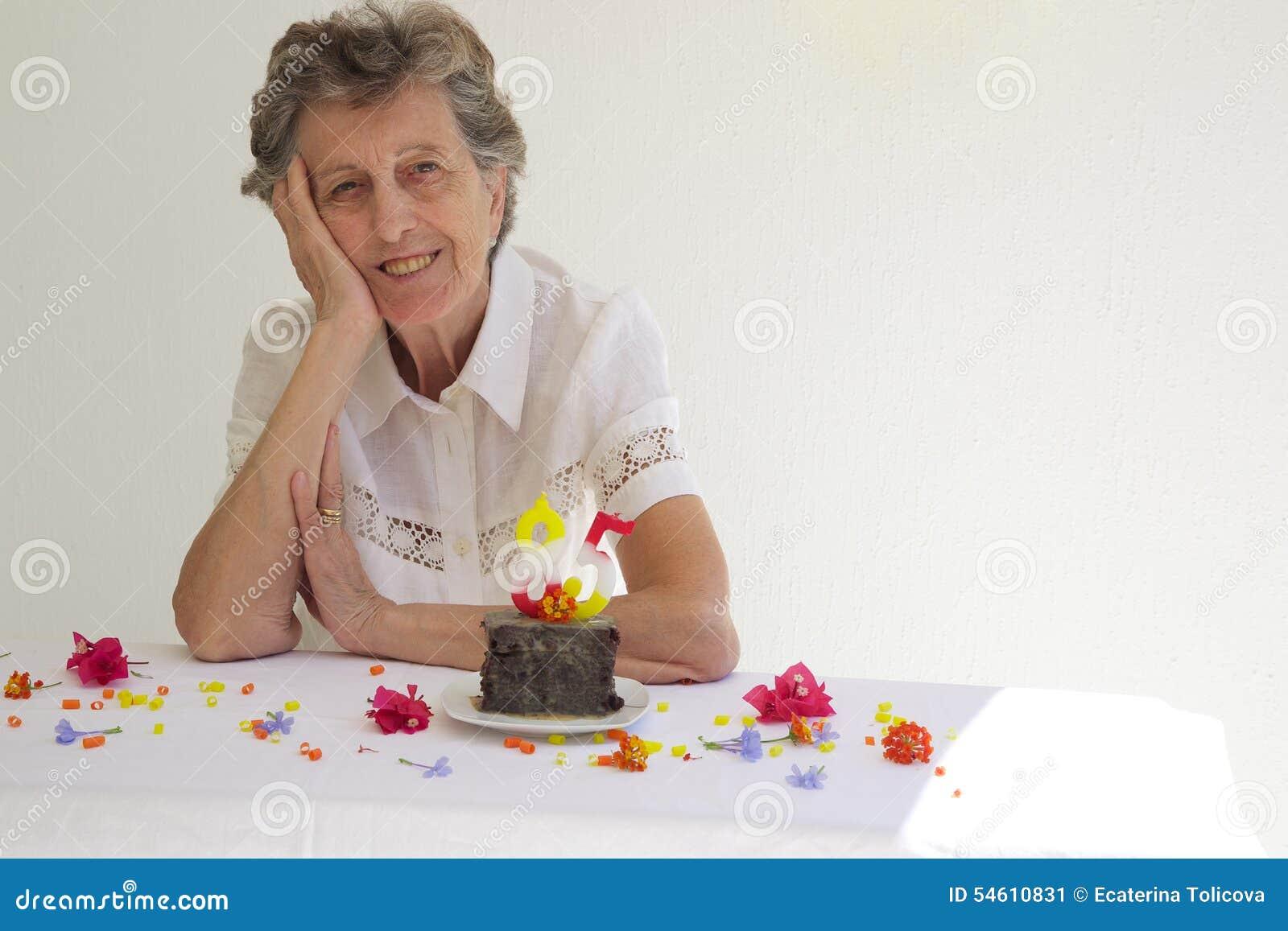 Eine Alte Frau Feiert Ihren Geburtstag Stockbild Bild Von Person