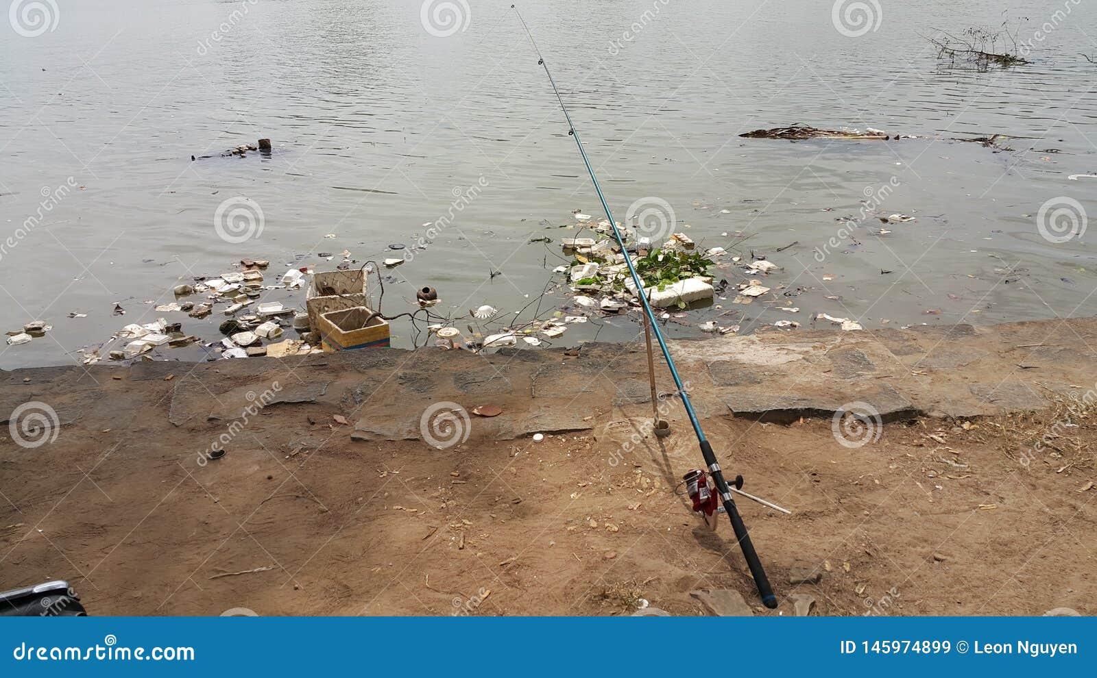 Eine Angelrute ist in den Flussbereich fallen gelassen worden