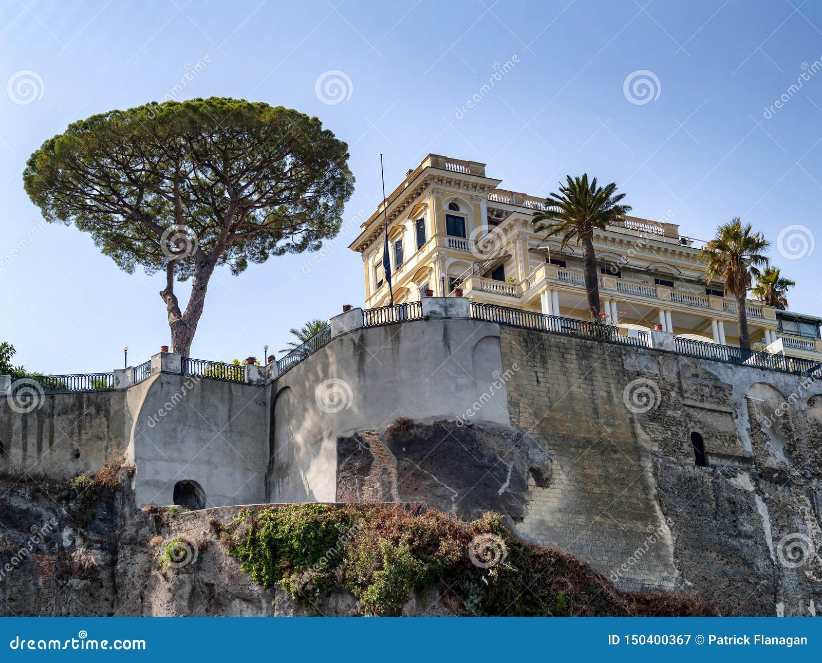 Eine Ansicht vom Meer von Bäumen und von Gebäuden in Italien