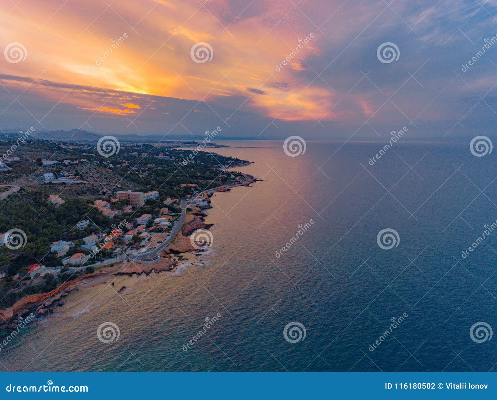 Eine Ansicht von der Luft zur Küste und vom Meer nahe der Stadt von Denia Bezirk von Valencia, Frühling in Spanien