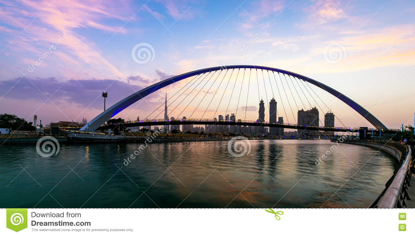 Eine Ansicht von Dubai-Kanal und von Dubai-Skylinen